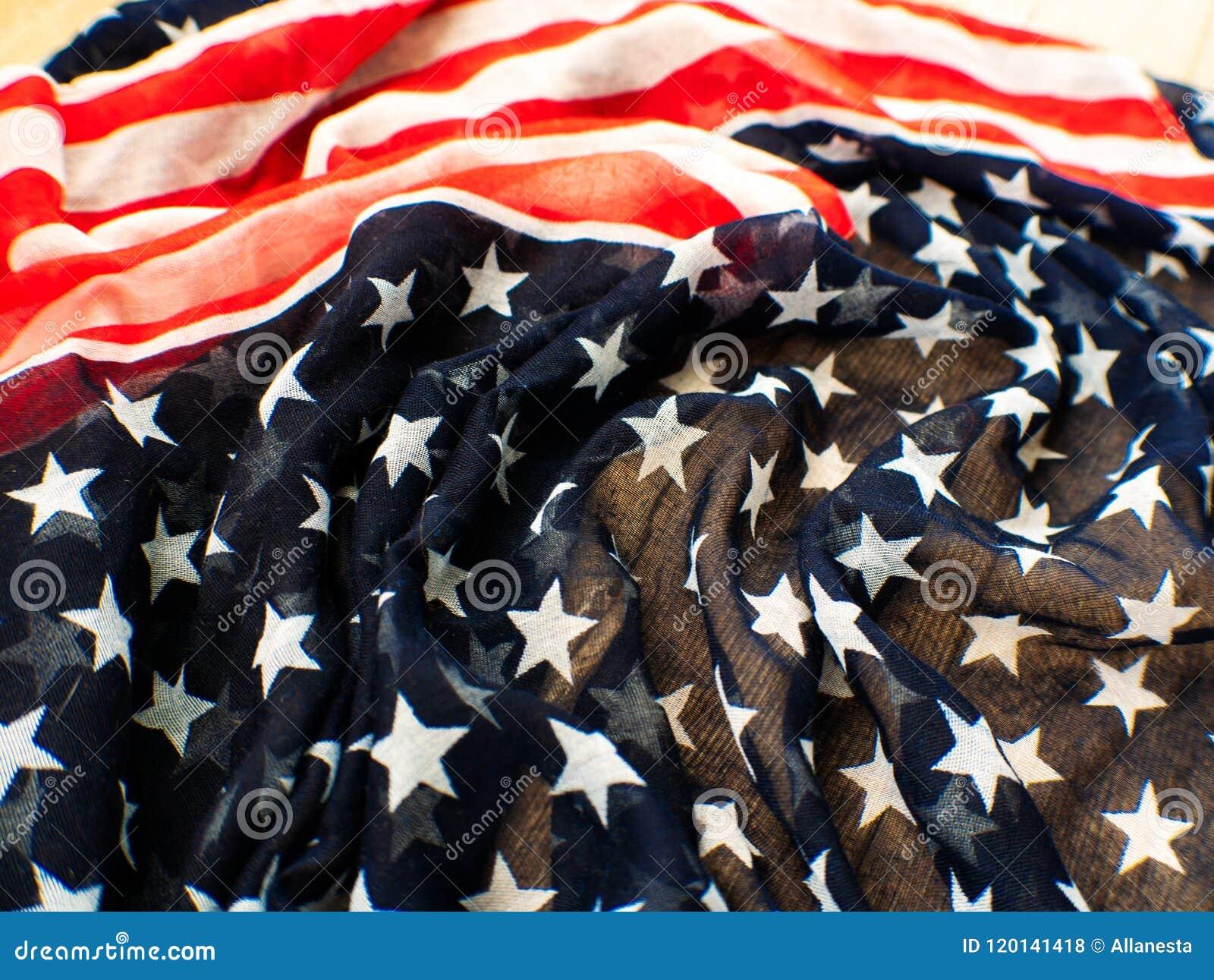 Los E.E.U.U. señalan por medio de una bandera para el 4 de julio en el fondo blanco d para la 4ta del día de julio Independense C