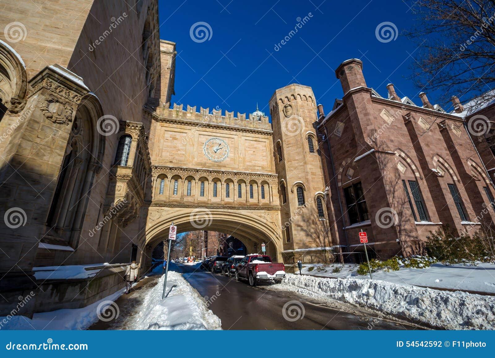 Los edificios de la Universidad de Yale en invierno después de la nieve asaltan a Linus
