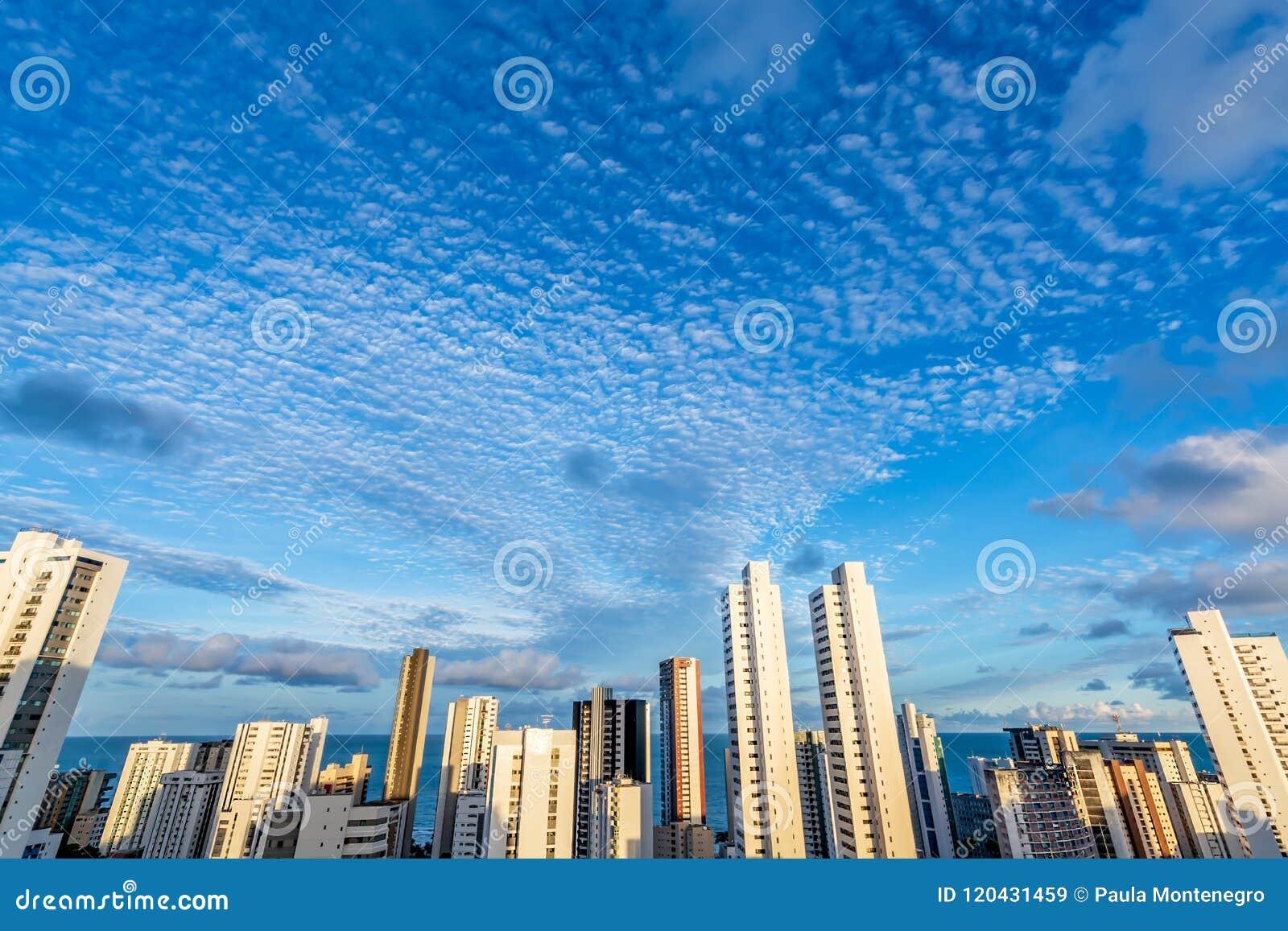 Los edificios del horizonte en un día del cielo azul en la boa Viagem varan, Recife, Pernambuco, el Brasil