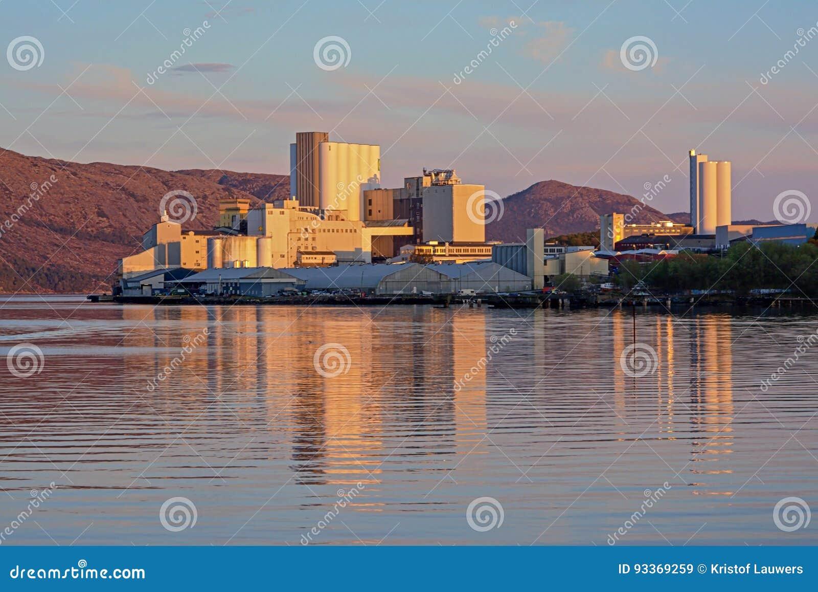 Los edificios industriales de Stavanger se abrigan en luz de la puesta del sol