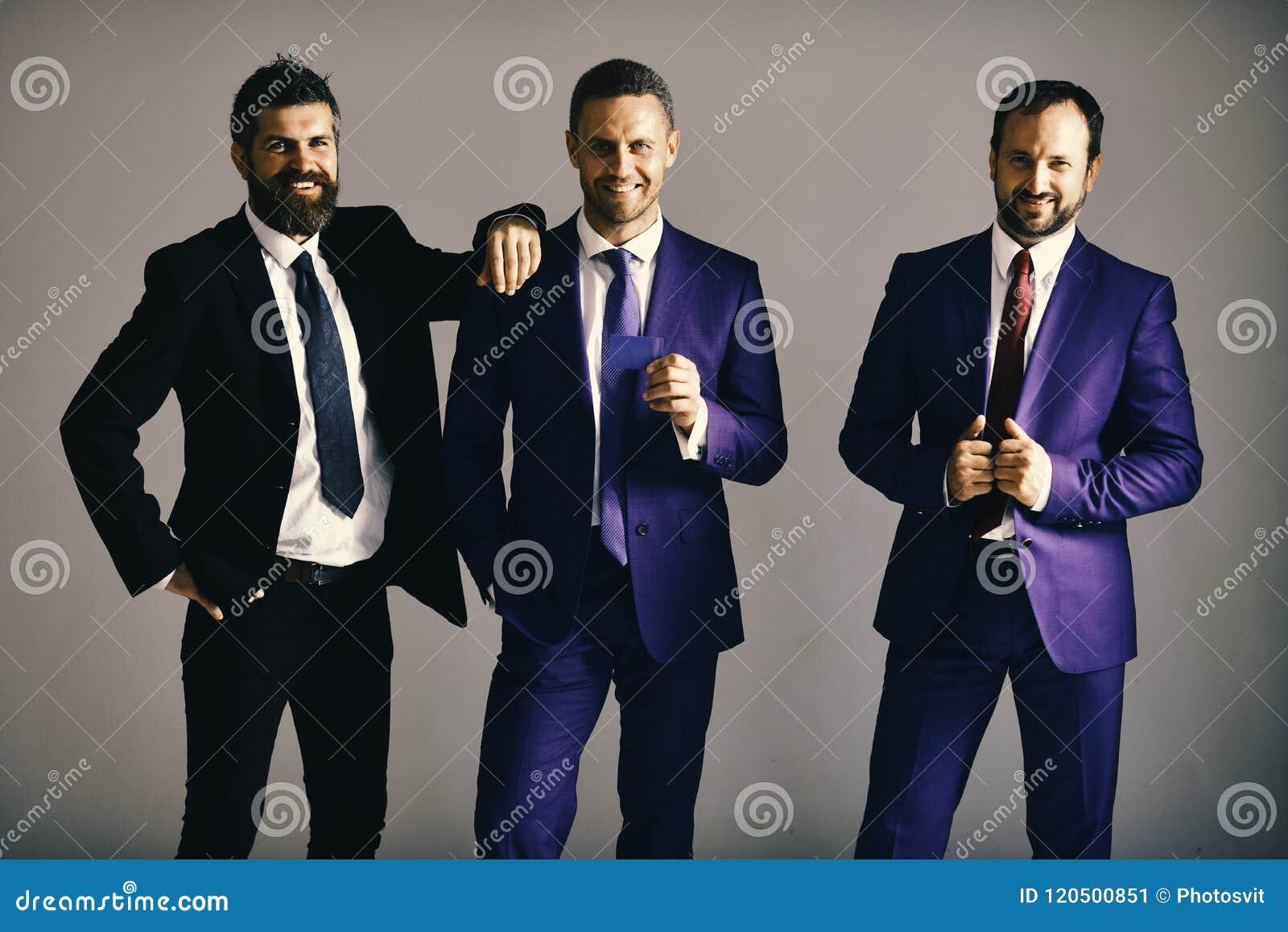 Los ejecutivos hacen publicidad de la compañía y de la sociedad en fondo gris claro Los hombres de negocios llevan los trajes y l