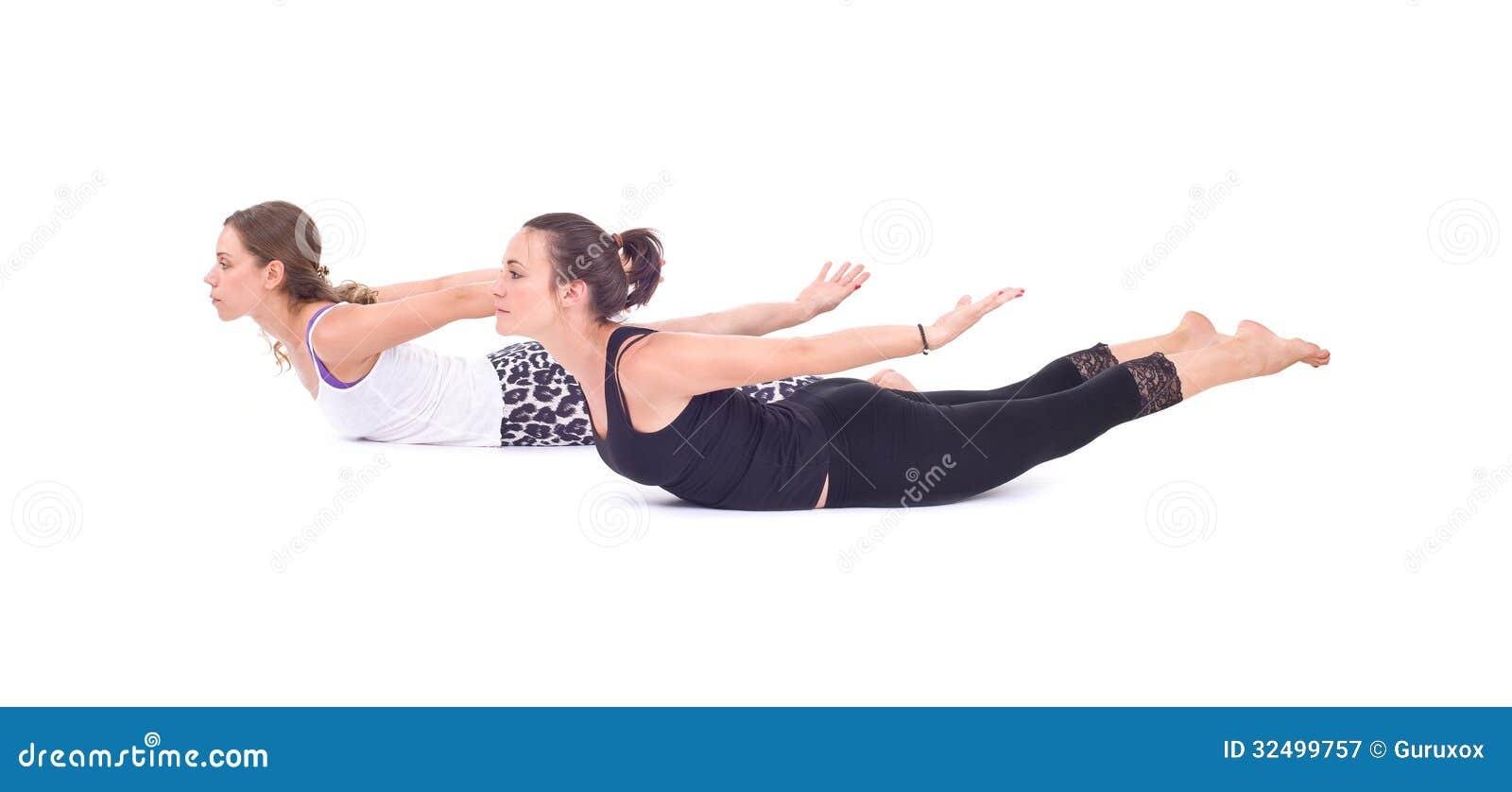 Los ejercicios practicantes de la yoga en el grupo/camello presentan - Ustrasana