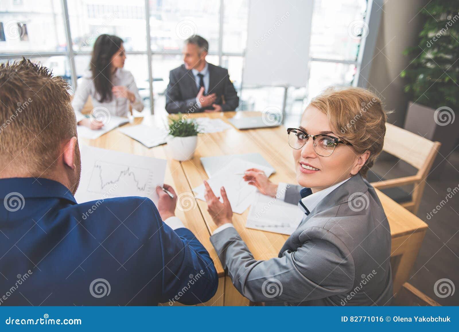 e10dc6f685740 Los Empleados Concentrados Están Trabajando En Oficina Foto de ...