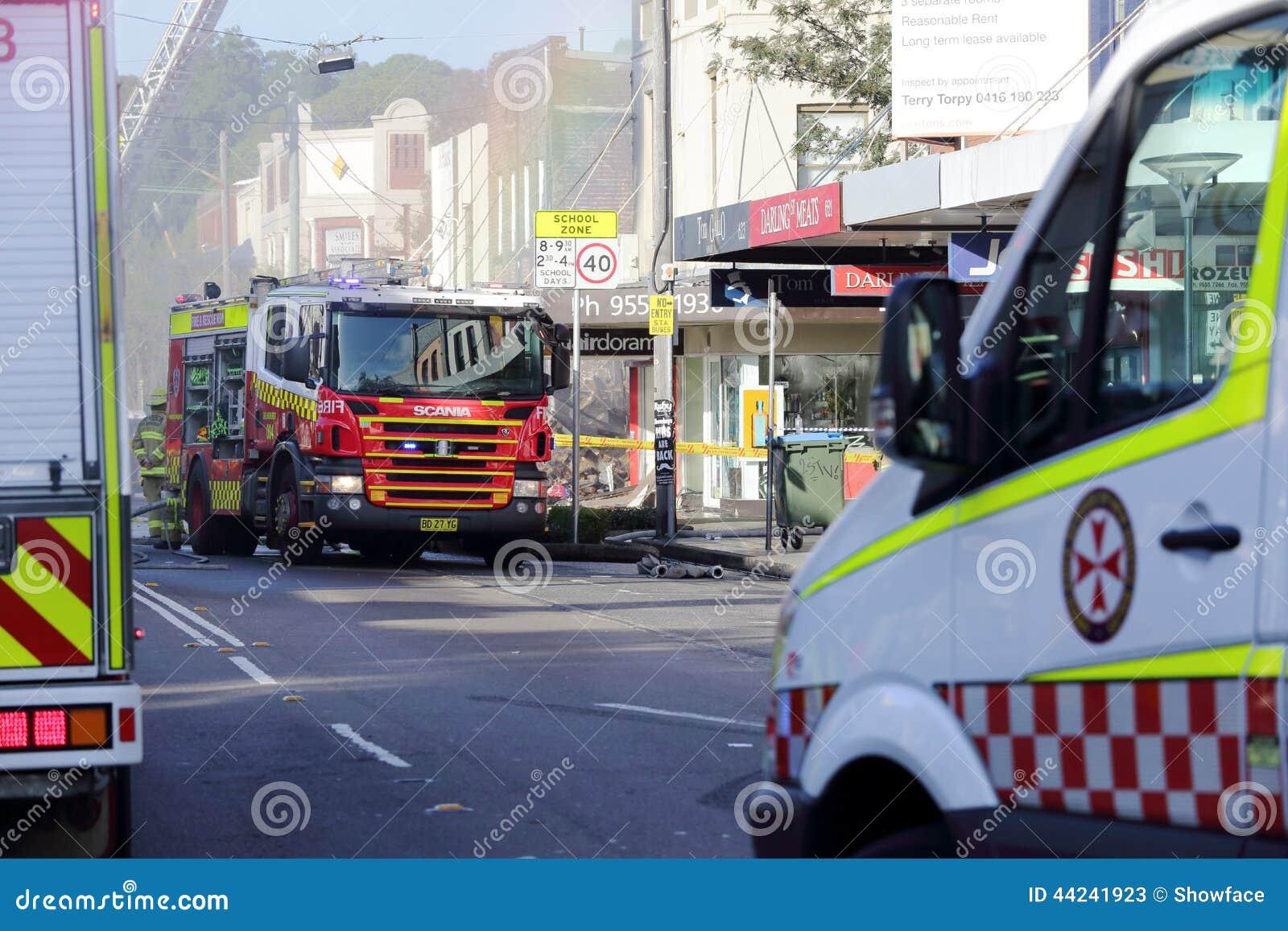 Los equipos del fuego y de la ambulancia asisten a tragedia de la ráfaga de la tienda