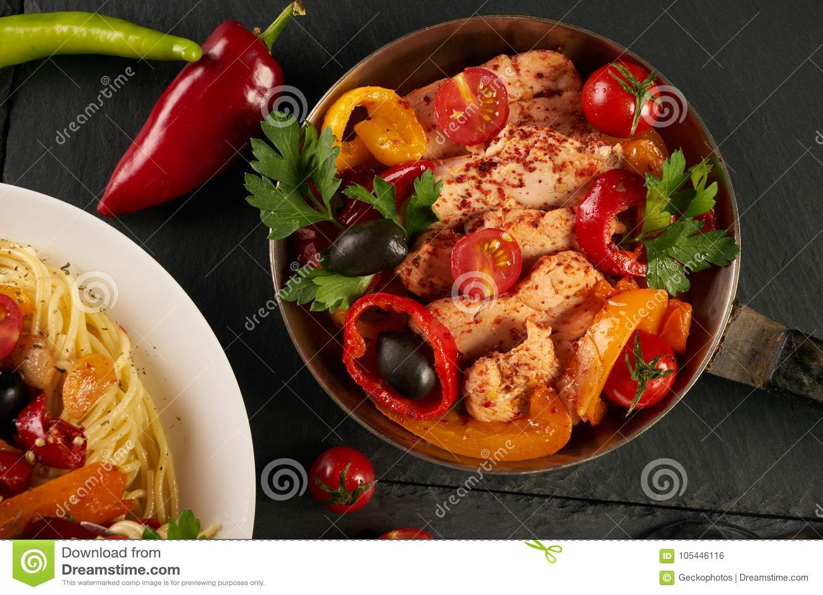 Los espaguetis en una bifurcación Prendedero del pollo frito con las verduras frescas y cocidas