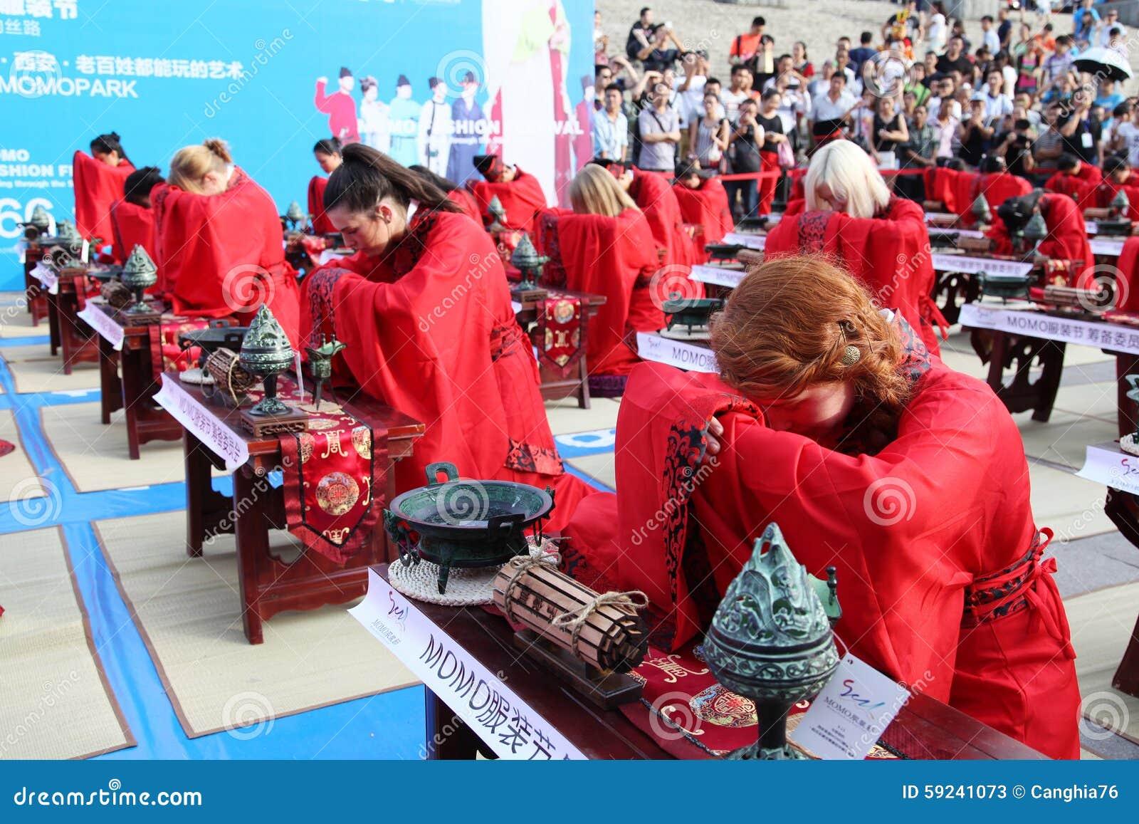 Download Los Estudiantes Chinos Y Extranjeros Con Una Bendición Del Hanfu Recolectaron En La Torre De Reloj En La Ceremonia Foto de archivo editorial - Imagen de cultura, camino: 59241073