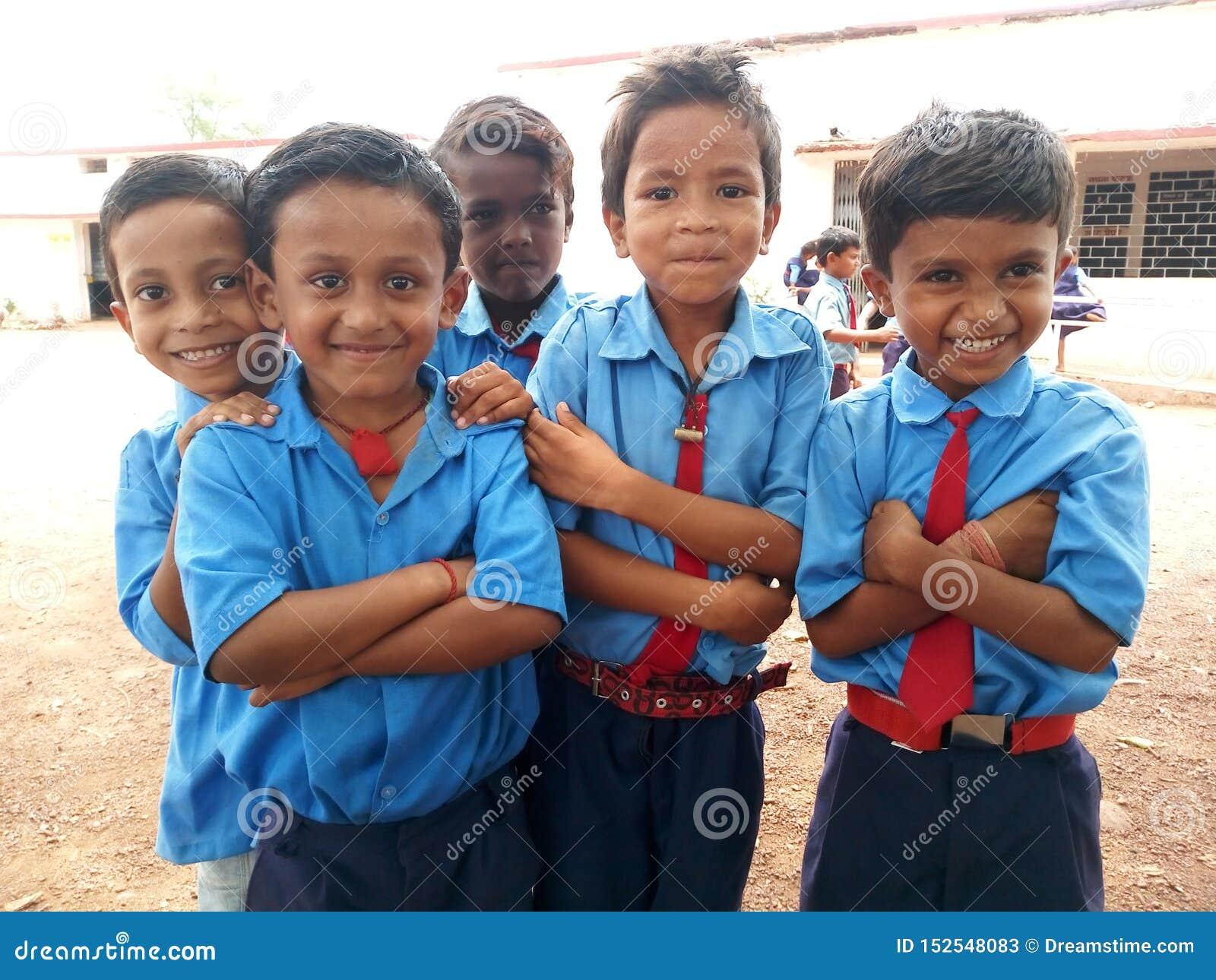 Los estudiantes de la escuela primaria del gobierno están sonriendo