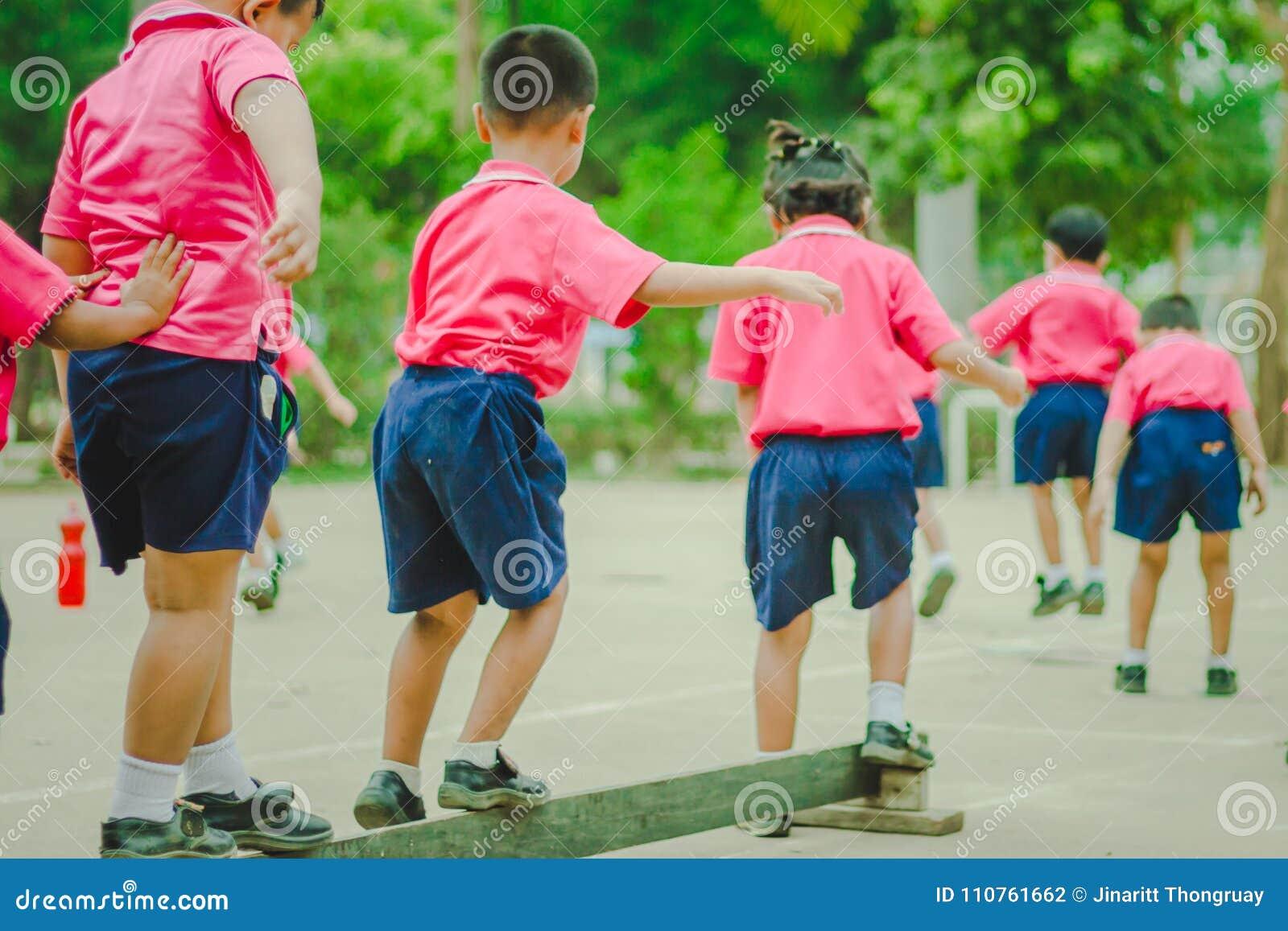 Los estudiantes de la guardería están ejercitando por mañana