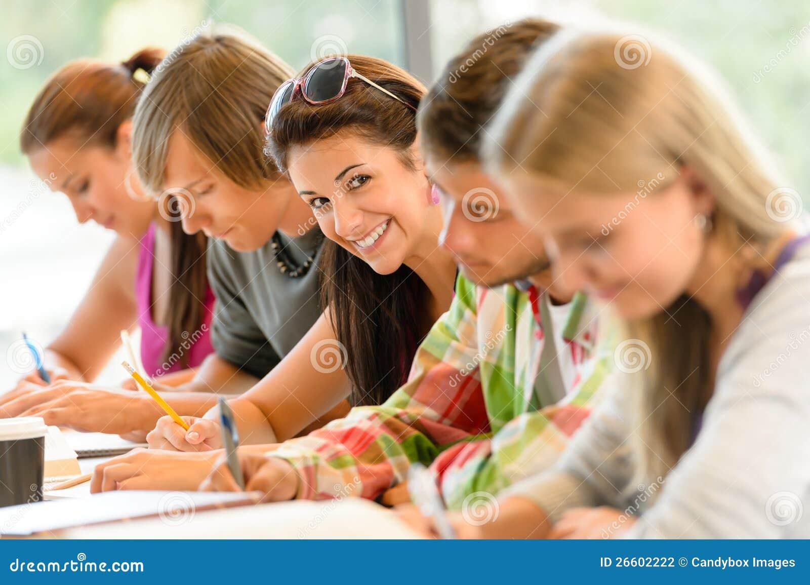 Los estudiantes que escriben en las adolescencias del examen de la High School secundaria estudian