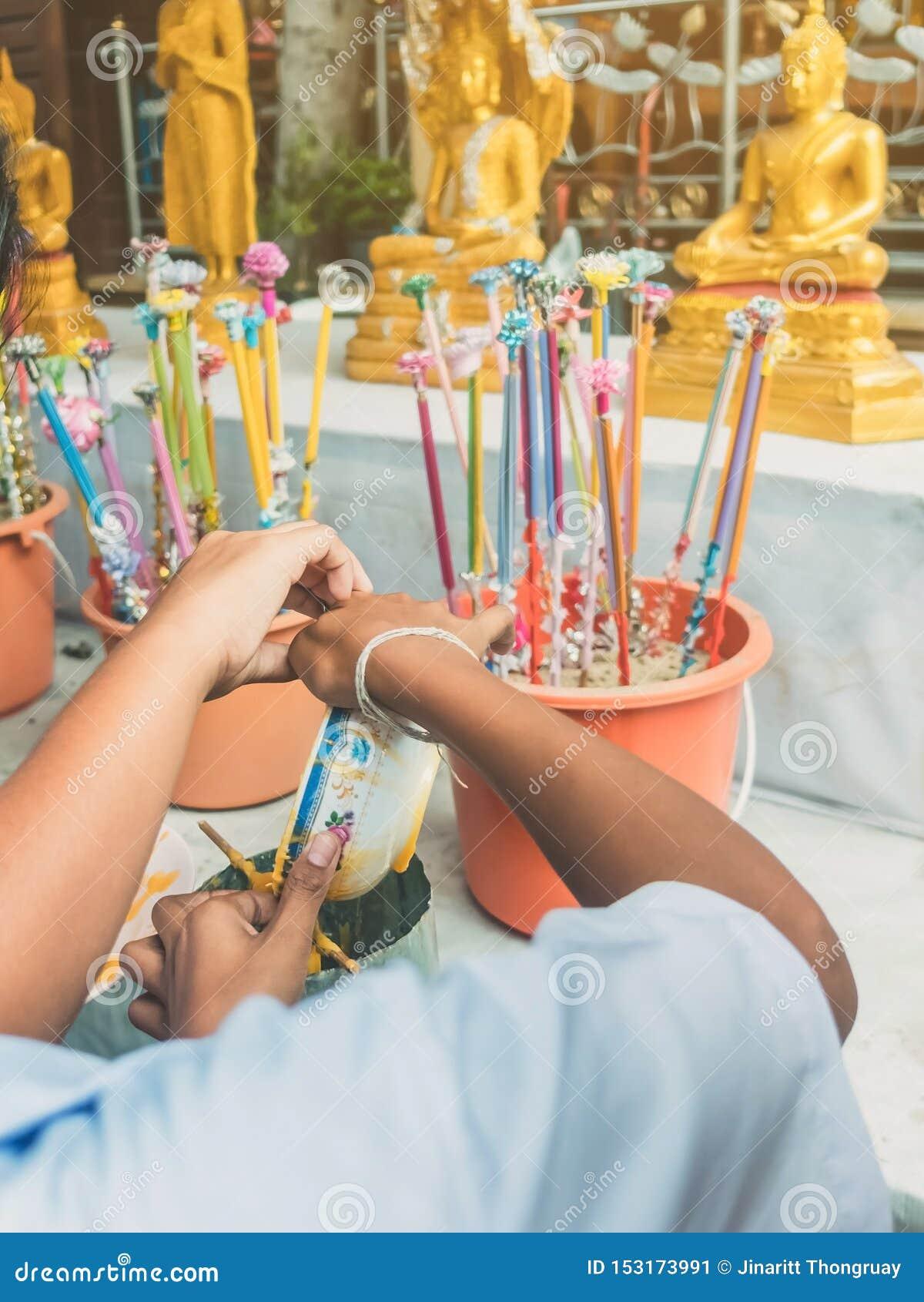 Los estudiantes se unen a oferta echada de fusión de la vela al templo para Lent Day budista,