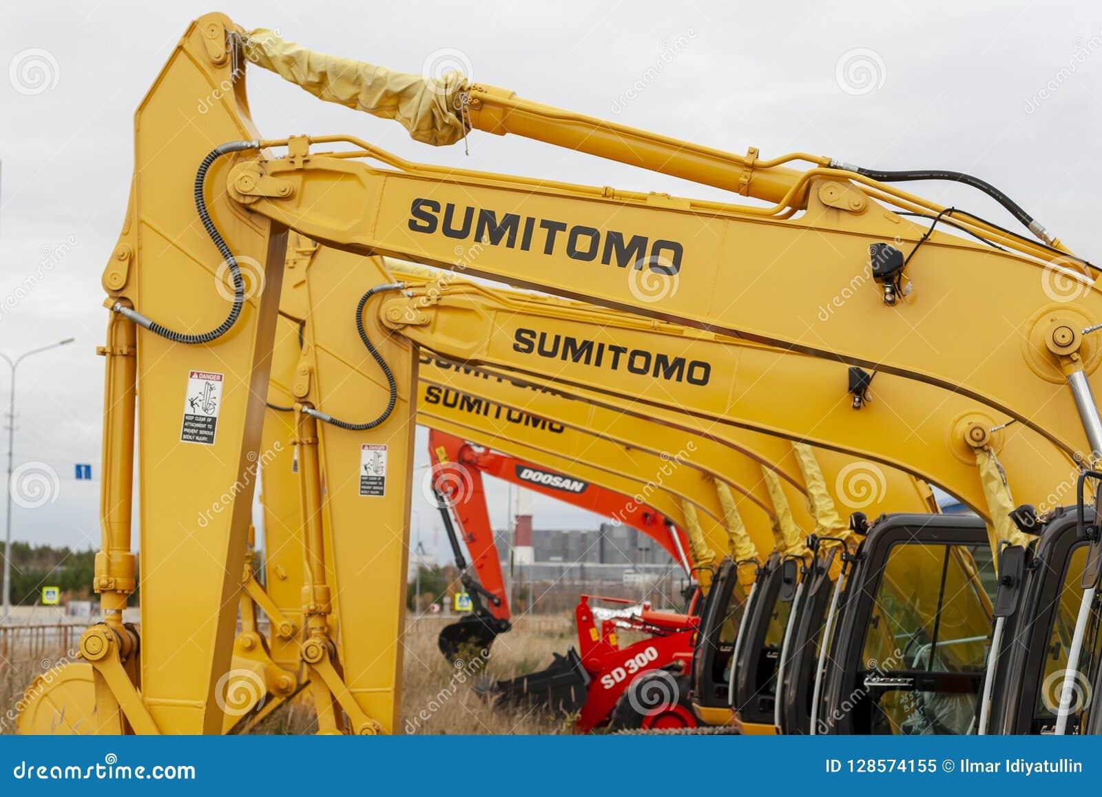 Los excavadores de Sumitomo del amarillo se alinean en una sola línea