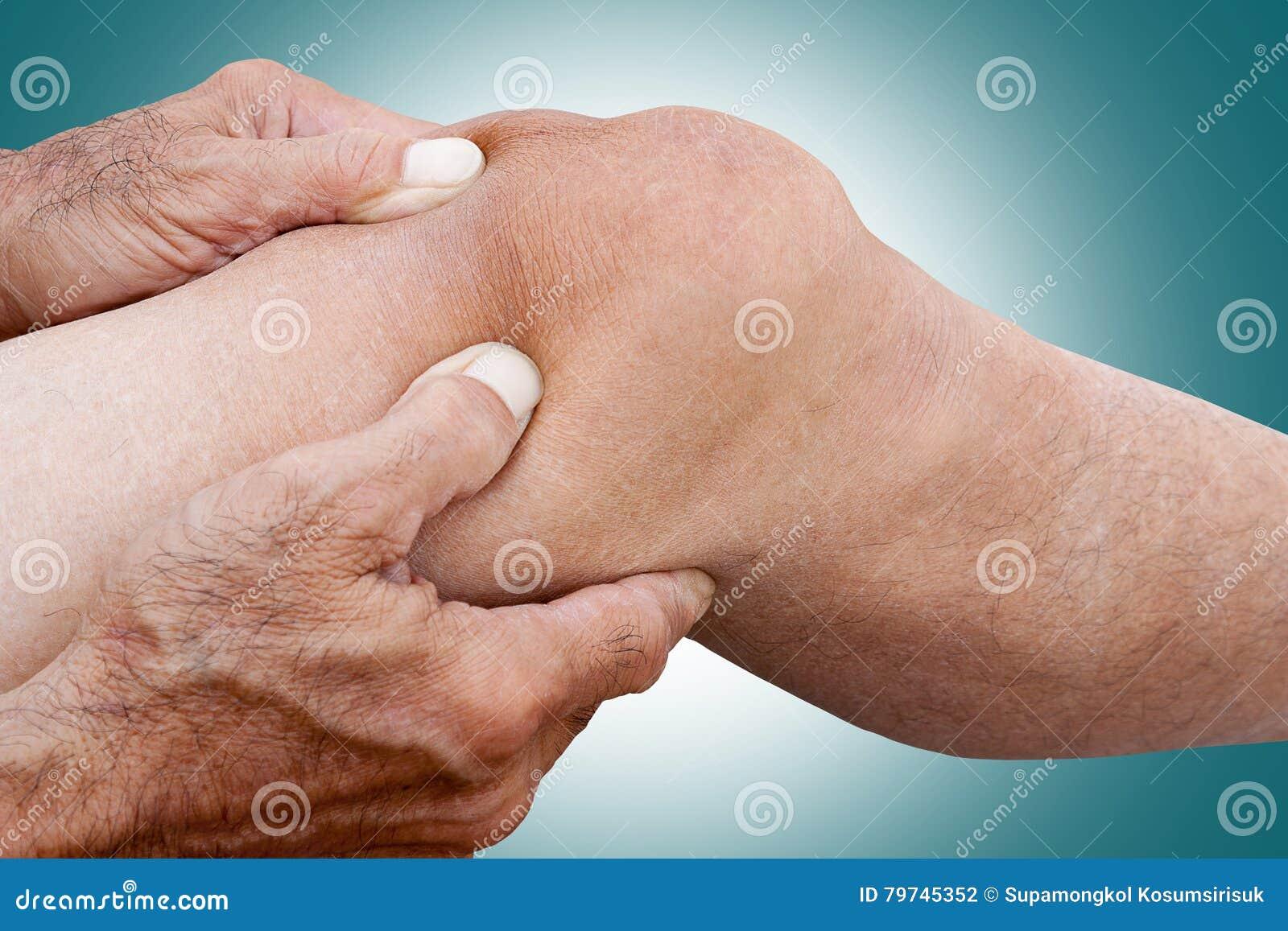 Los fingeres en el masaje linfático del drenaje del viejo hombre