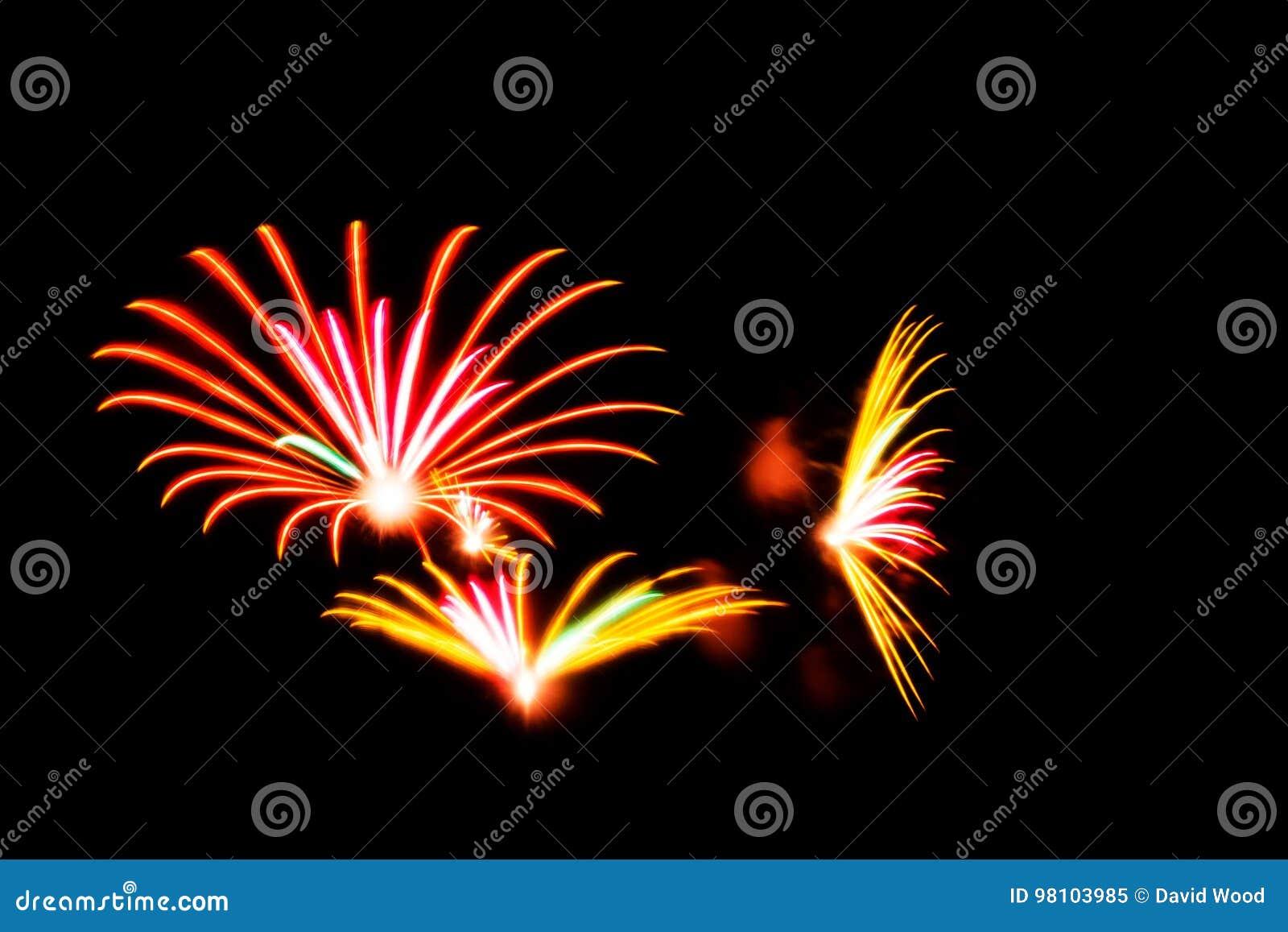 Los fuegos artificiales con colores anaranjados, rosados y amarillos encienden para arriba el cielo