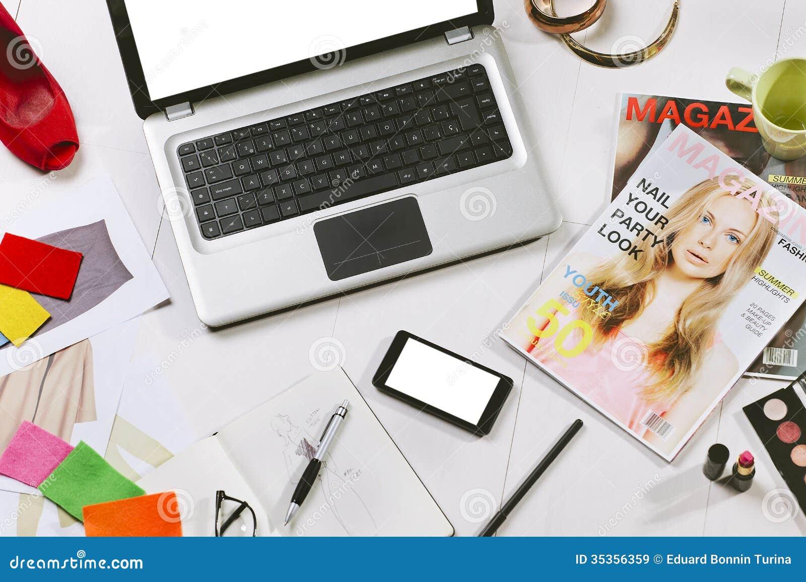 Los gastos indirectos del esencial se oponen en un blogger de la moda