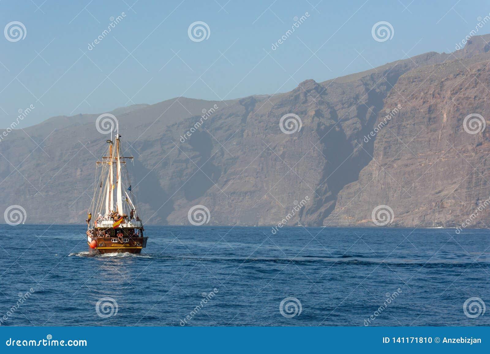 Los Gigantes, Espanha - 8 de fevereiro: Navio da excursão do turista na viagem wathcing do golfinho na costa de Los Gigantes, em