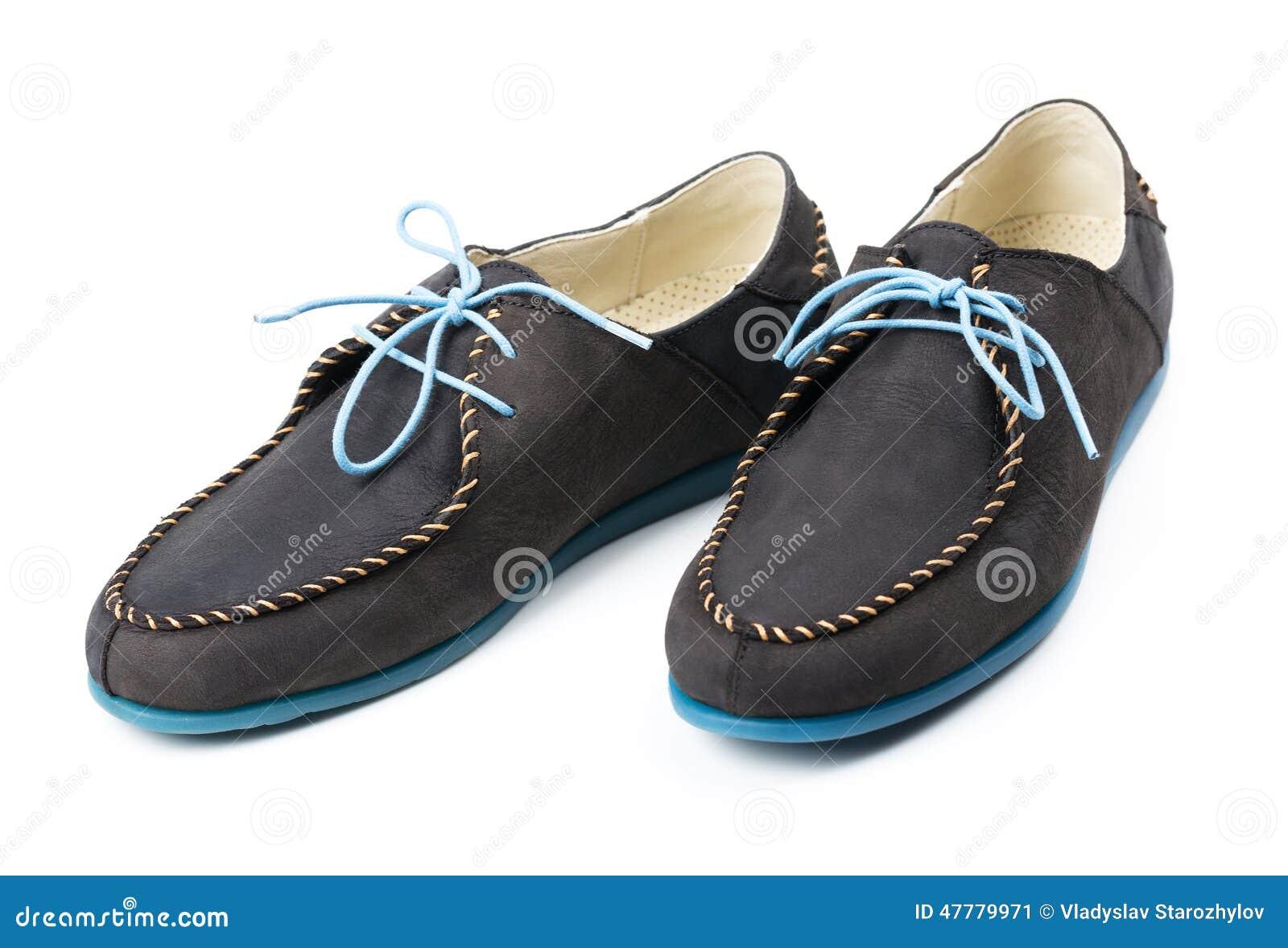 80f443a62b Los holgazanes de cuero de los hombres negros con los lenguados azules y  cordones en un fondo blanco