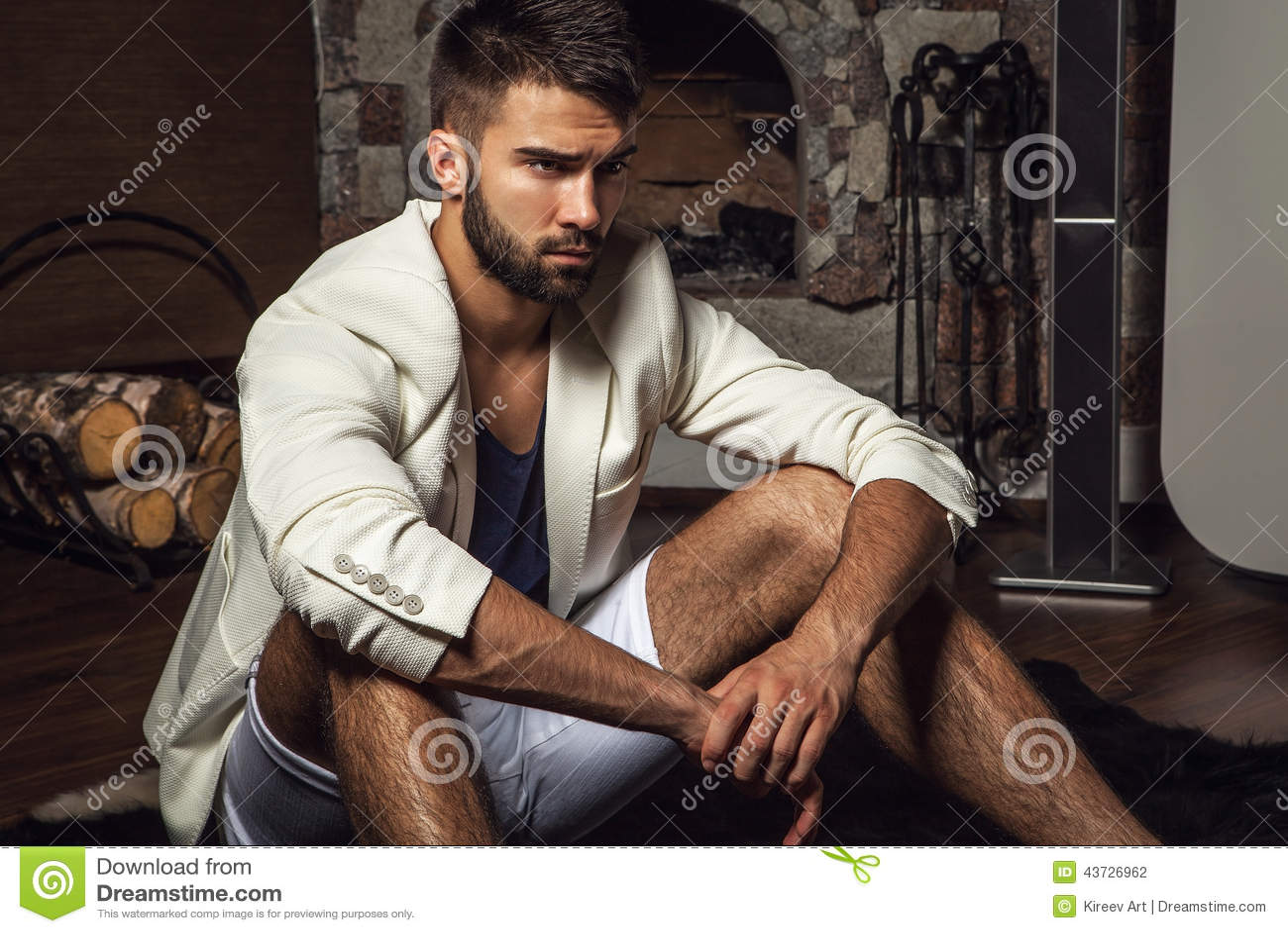 Hombre barbudo atractivo joven en la actitud blanca del traje en sitio  moderno foto f253f573de2