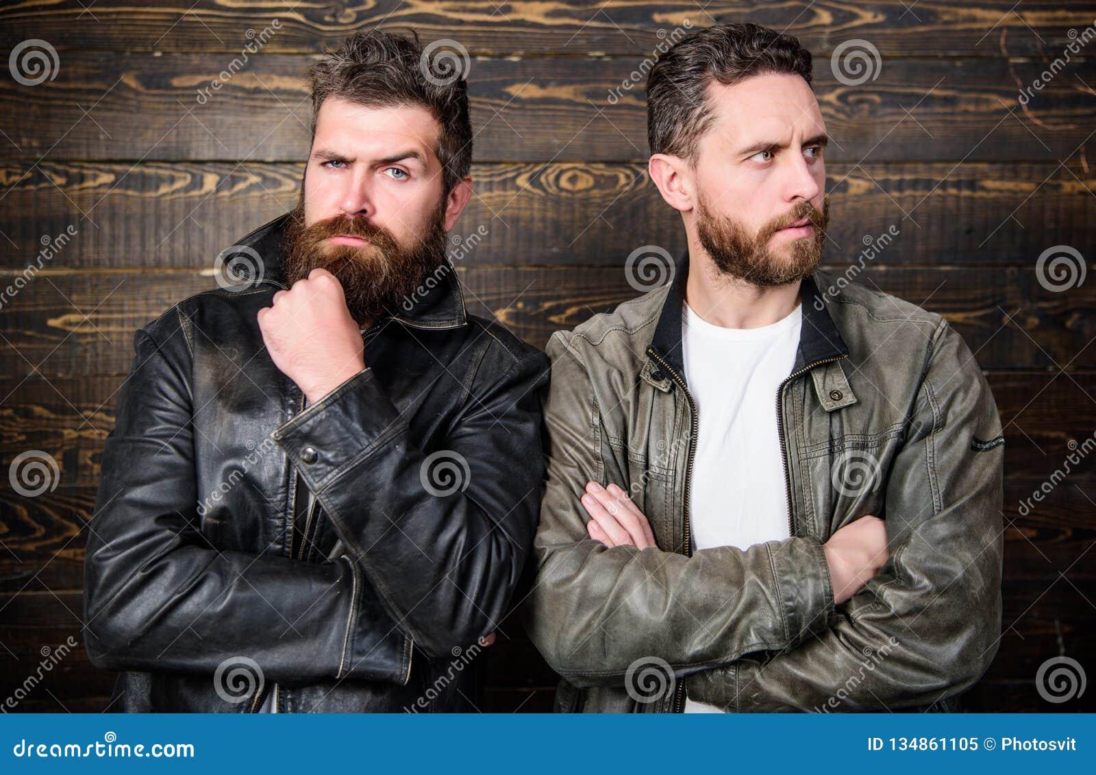 Los hombres brutales llevan las chaquetas de cuero Inconformista barbudo brutal de los hombres que presenta en chaquetas de cuero