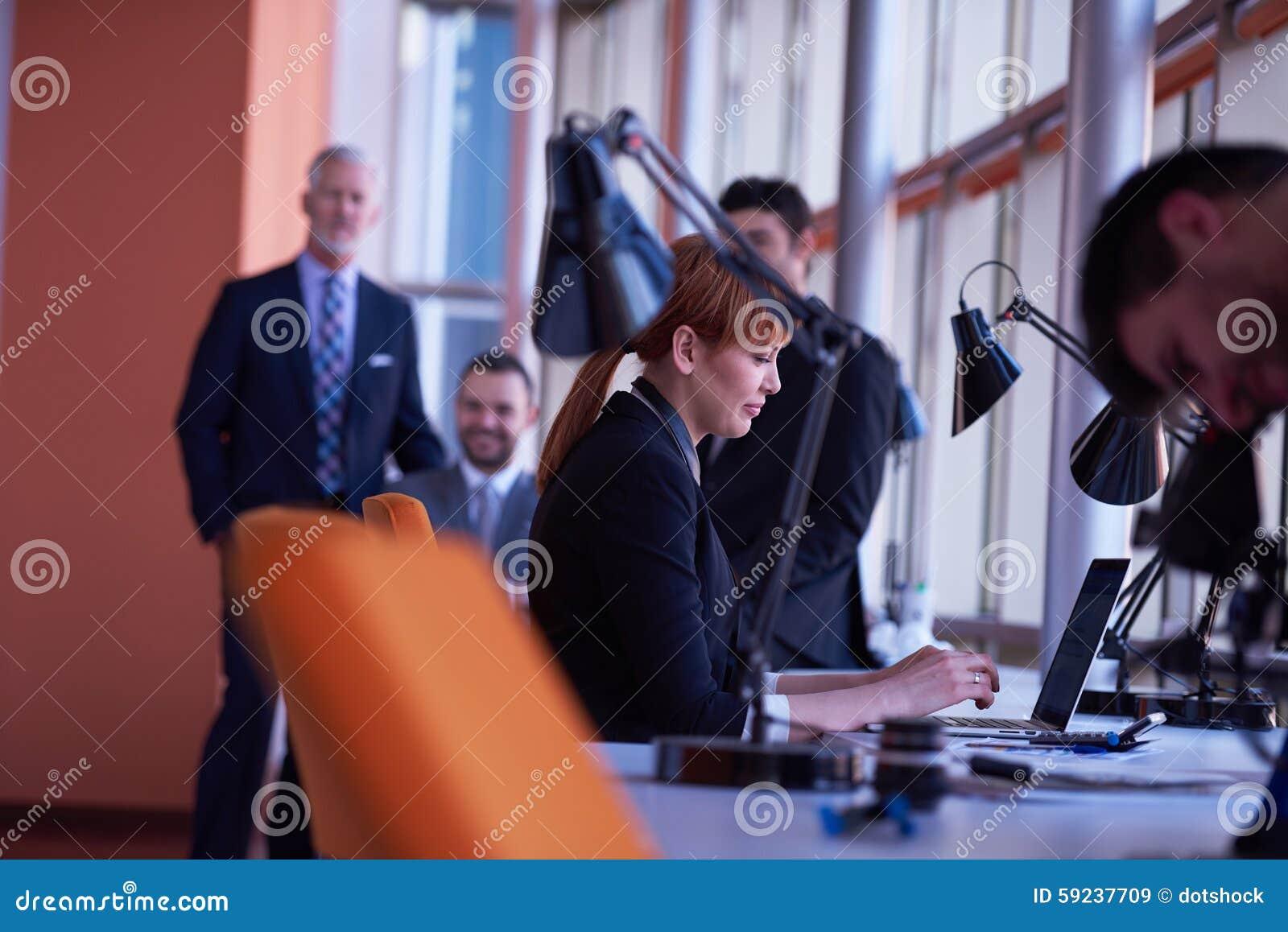 Download Los Hombres De Negocios Agrupan En La Oficina Imagen de archivo - Imagen de dentro, leader: 59237709