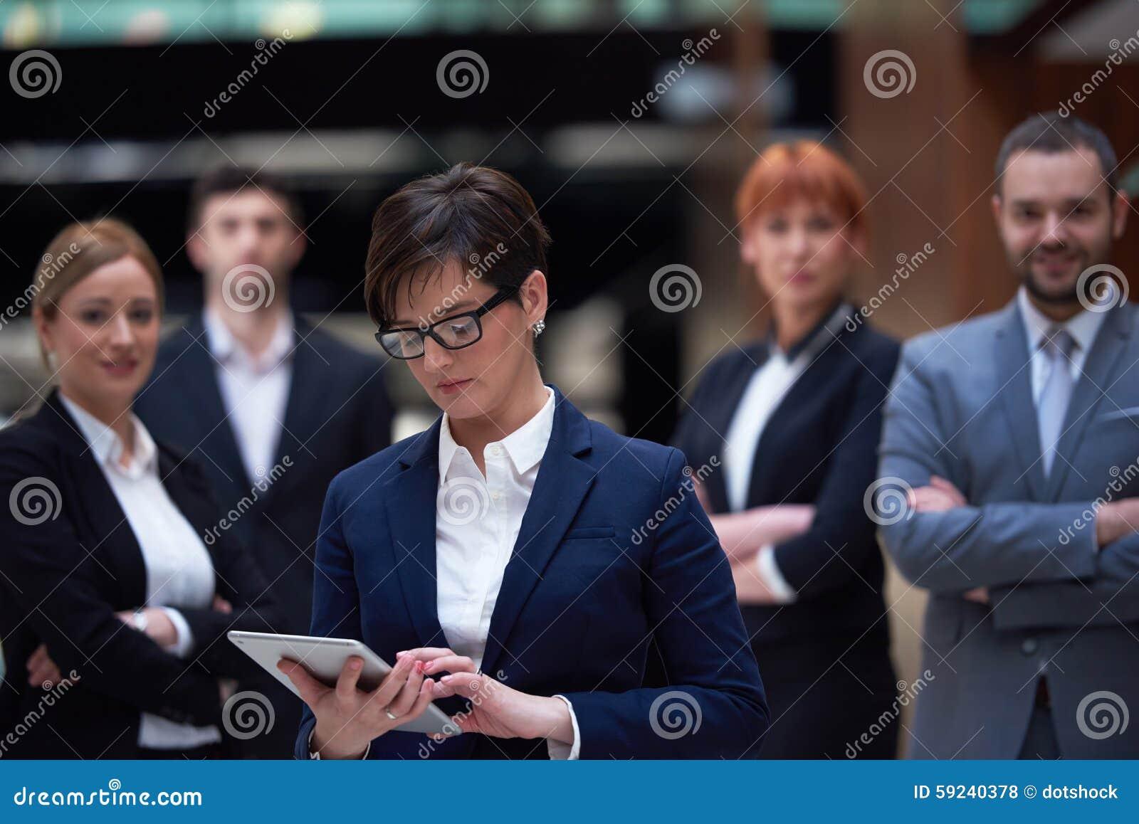 Los hombres de negocios agrupan en la oficina