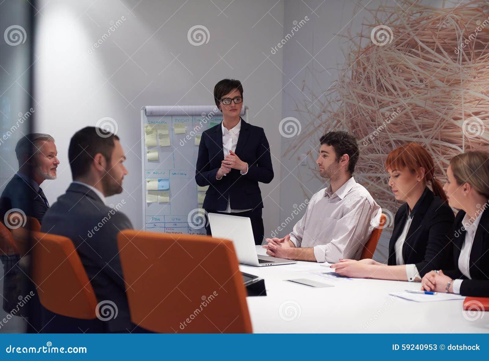 Download Los Hombres De Negocios Agrupan En La Reunión Imagen de archivo - Imagen de reunión, ayuda: 59240953