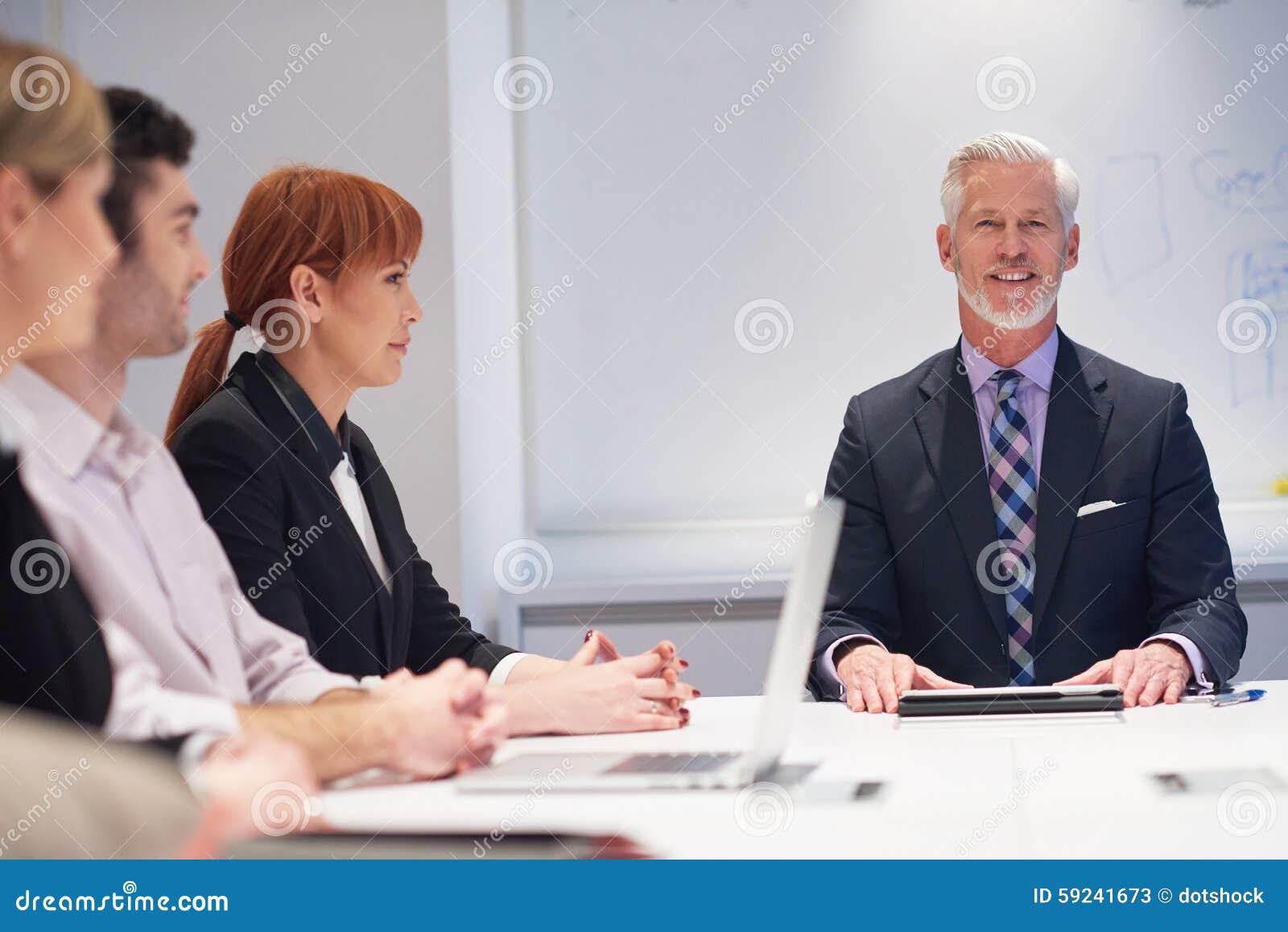 Los hombres de negocios agrupan en la reunión