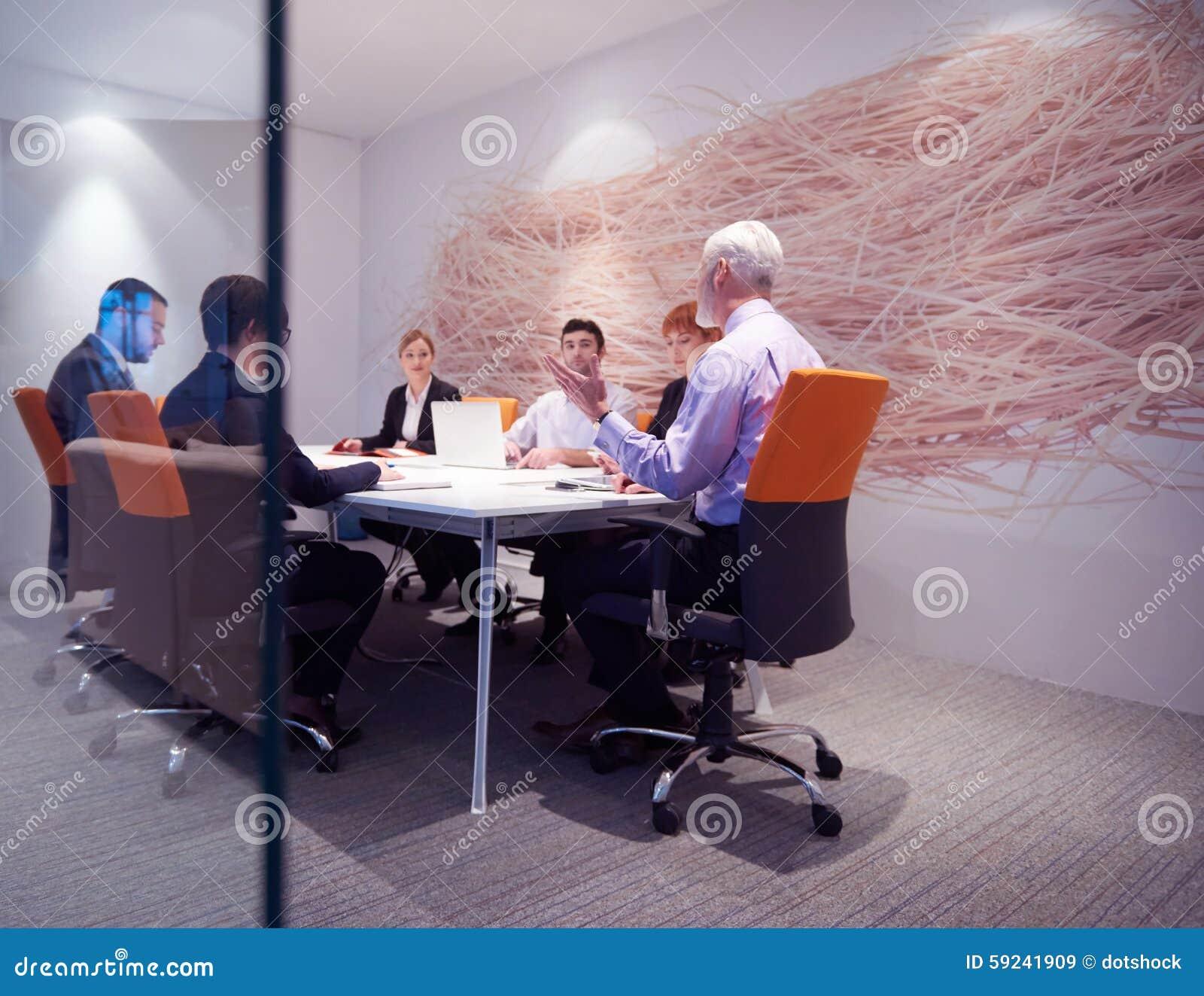 Download Los Hombres De Negocios Agrupan En La Reunión Imagen de archivo - Imagen de ejecutivo, varón: 59241909