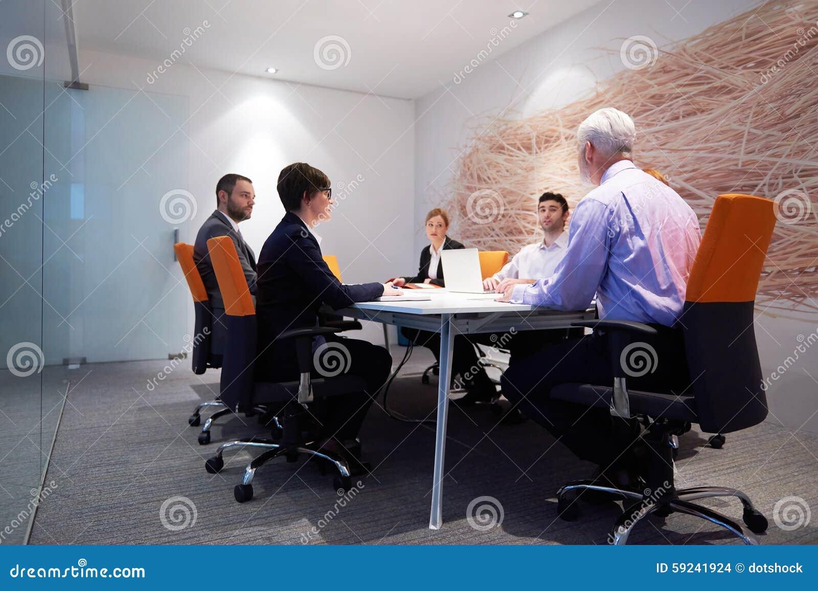 Download Los Hombres De Negocios Agrupan En La Reunión Foto de archivo - Imagen de educación, ayuda: 59241924