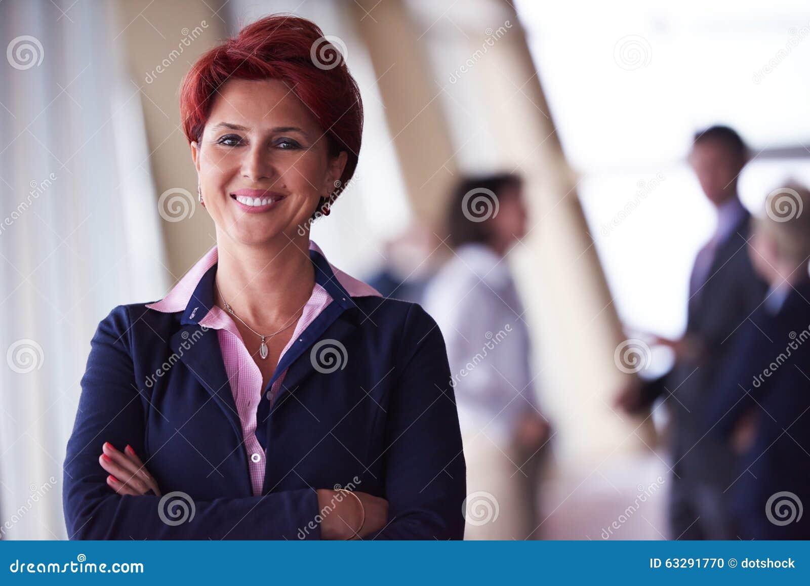 Los hombres de negocios agrupan, mujer en frente como líder de equipo