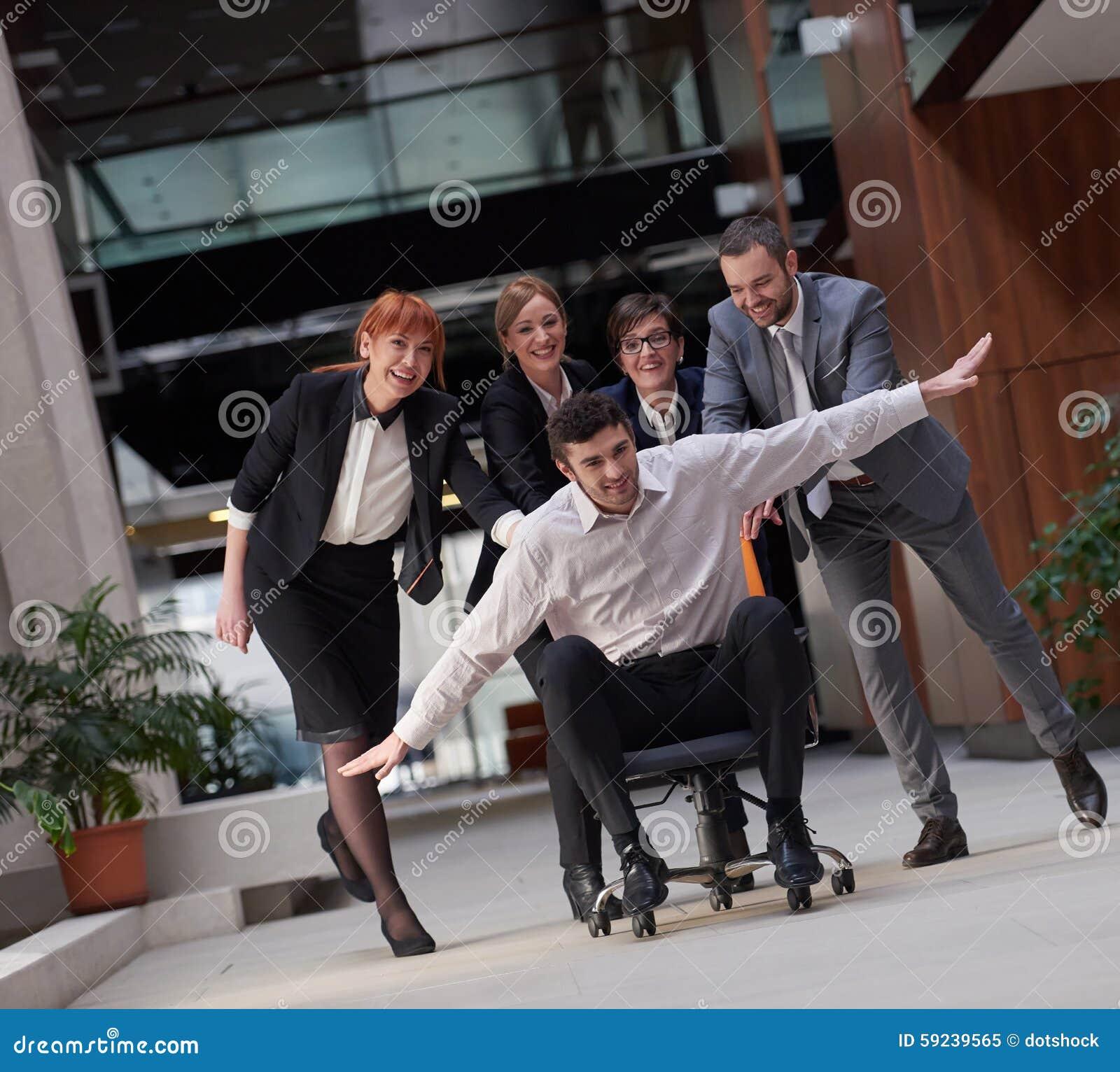 Los hombres de negocios agrupan se divierten
