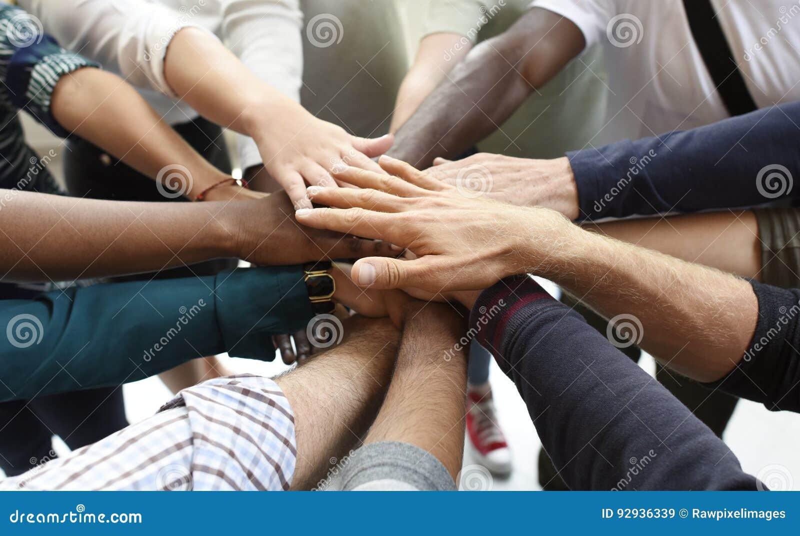 Los hombres de negocios de lanzamiento de la cooperación del trabajo en equipo dan juntos