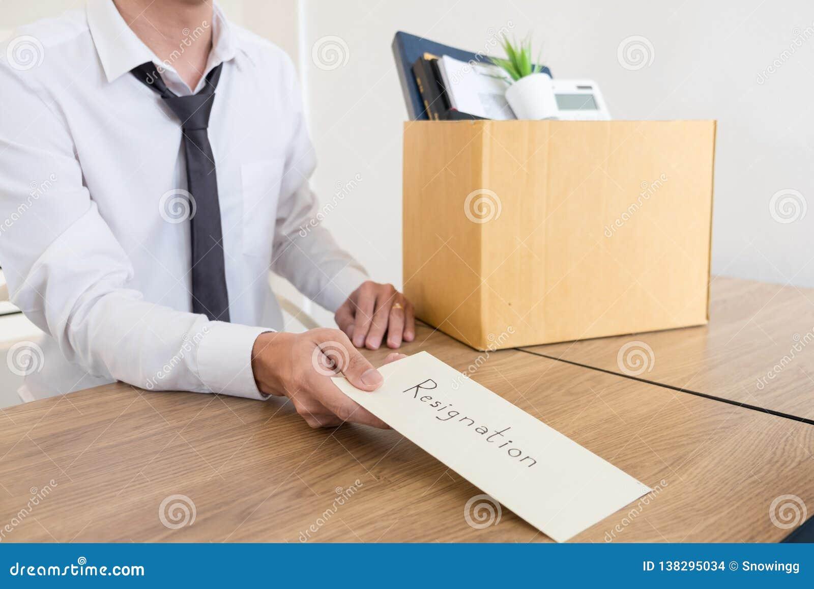 Los hombres de negocios están llevando a cabo el documento de la dimisión y a la compañía personal que embala en el trabajo cambi