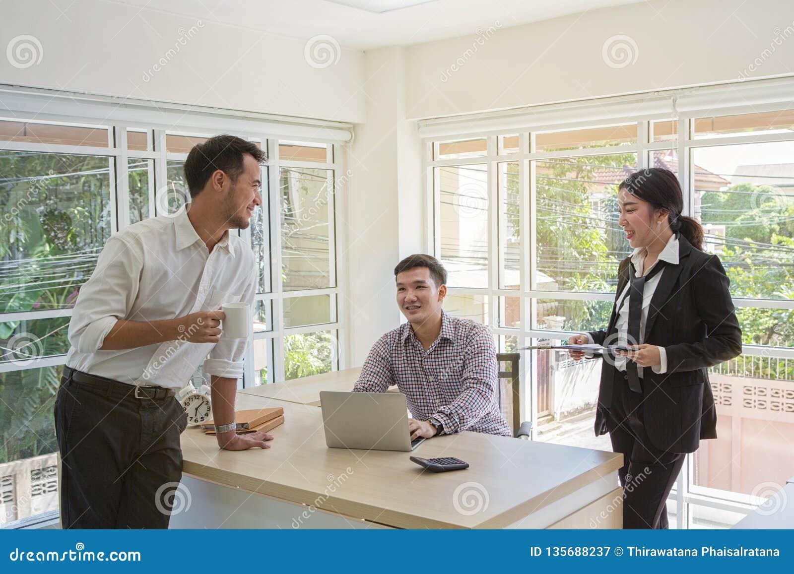 Los hombres de negocios están negociando negocio Grupo del negocio tres Gente que discute el trato Hombres de negocios durante un