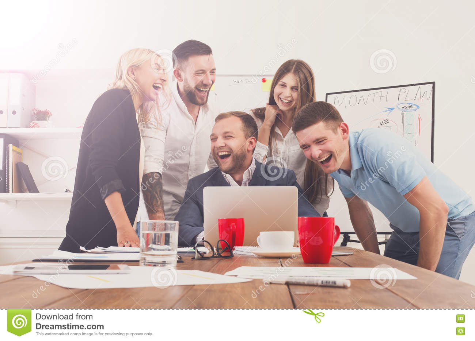 Los hombres de negocios felices combinan junto se divierten en oficina