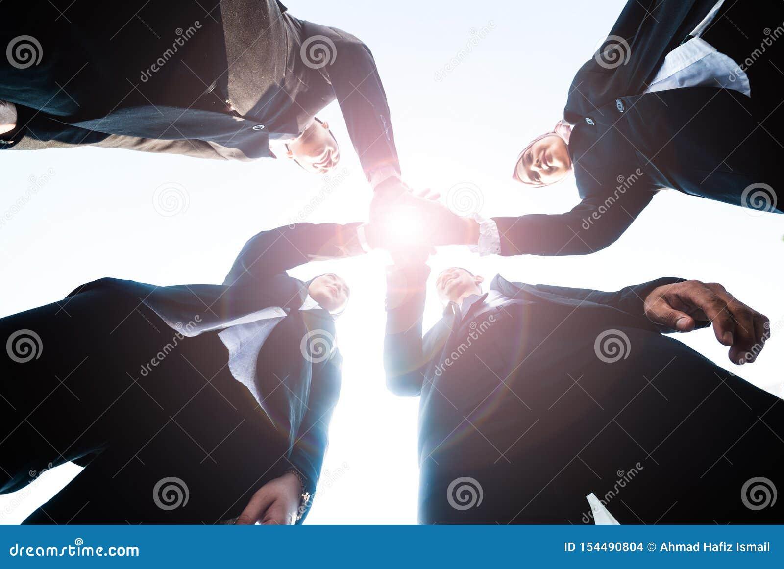 Los hombres de negocios musulmanes se unen a las manos juntas Team Teamwork Togetherness Collaboration Concept