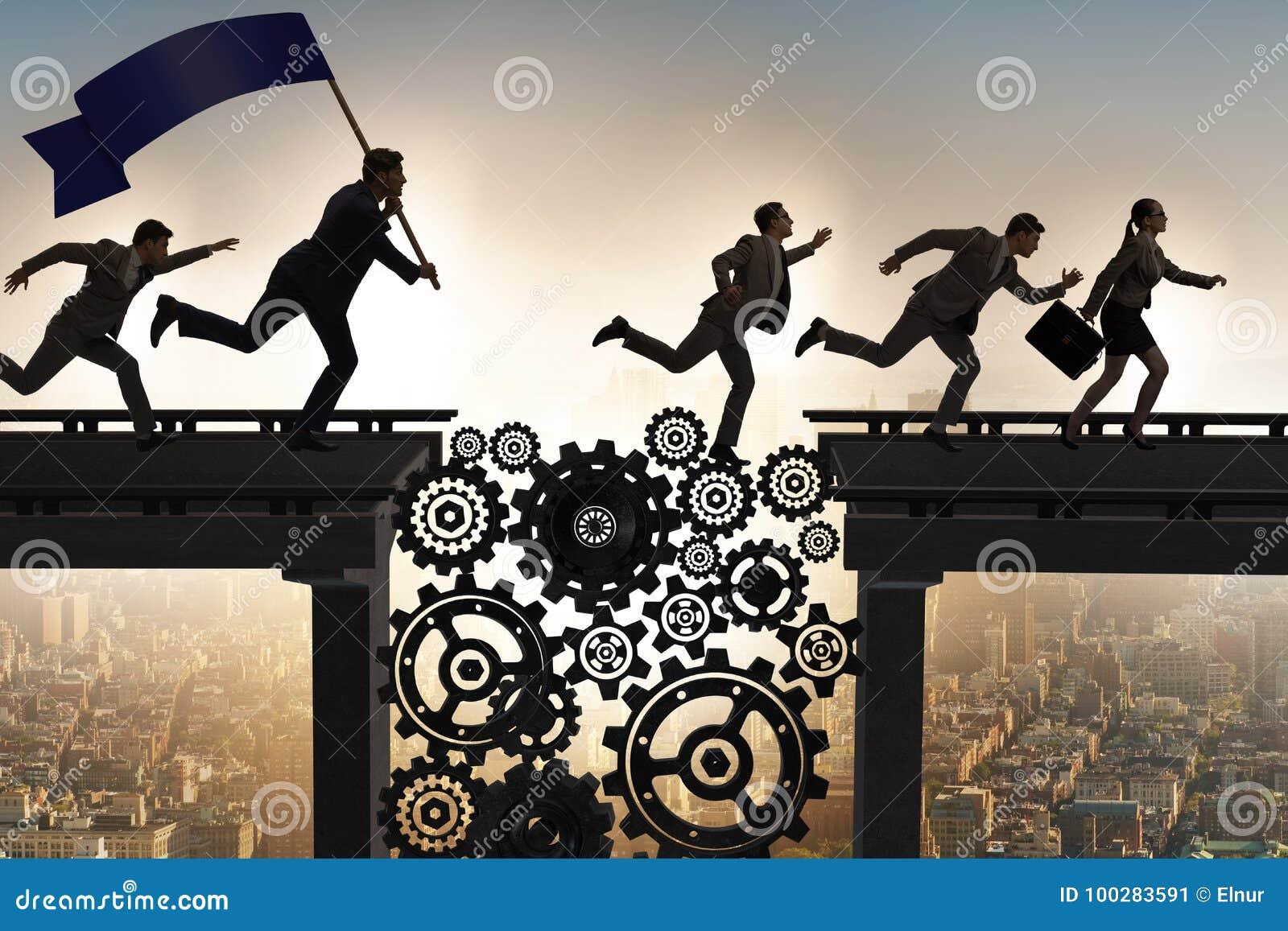 Los hombres de negocios que cruzan el puente con las ruedas dentadas