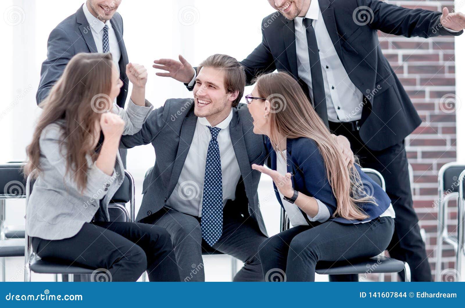 Los hombres de negocios se saludan