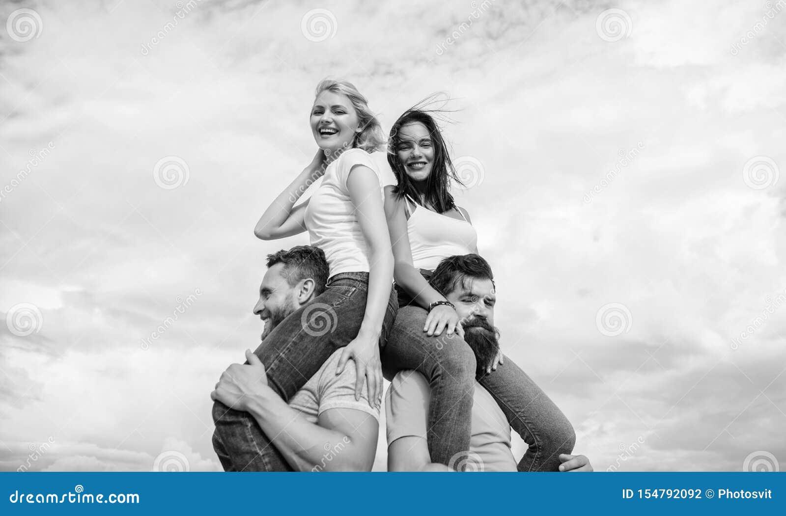 Los hombres llevan a novias en hombros Vacaciones y diversi?n de verano Pares fecha doble Invitaci?n de otros pares que se unan a