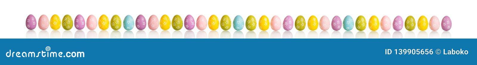 Los huevos coloreados brillantes hermosos para el día de fiesta de Pascua aislaron