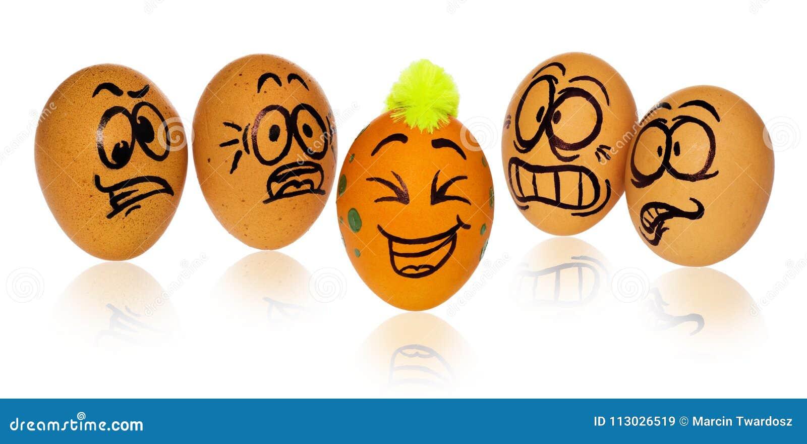Los huevos de Pascua, pintados en la sonrisa y las caras aterrorizadas de la historieta miran