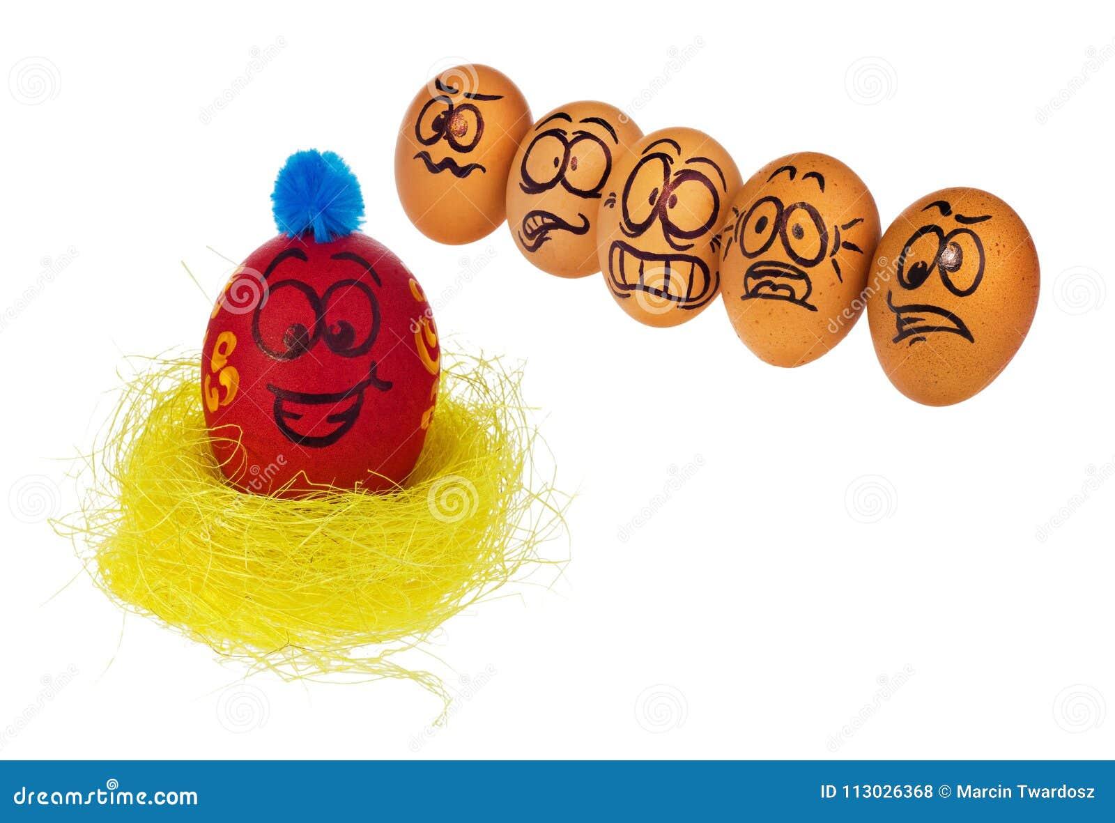 Los huevos en colores naturales miran con el horror, asombro y temen a