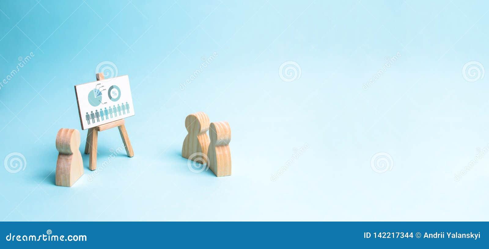 Los informes del hombre de negocios a su personal en un informe, una discusión de la estrategia empresarial, desarrollo de la com