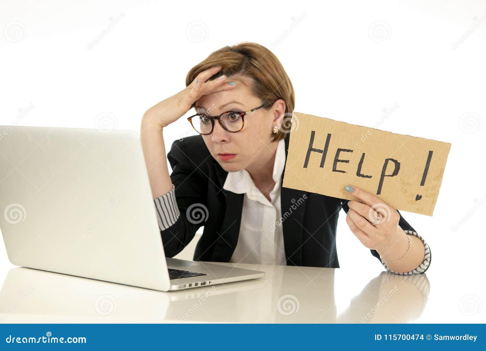 Los jóvenes atractivos abrumaron y frustraron a la mujer de negocios que trabajaba en su ordenador que pedía ayuda