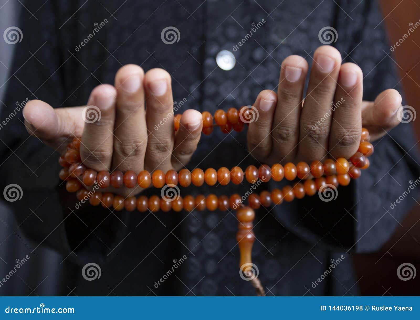 Los jóvenes de los musulmanes ruegan para dios el Ramadán con esperanza y el perdón, Islam es una creencia para el rezo de cinco