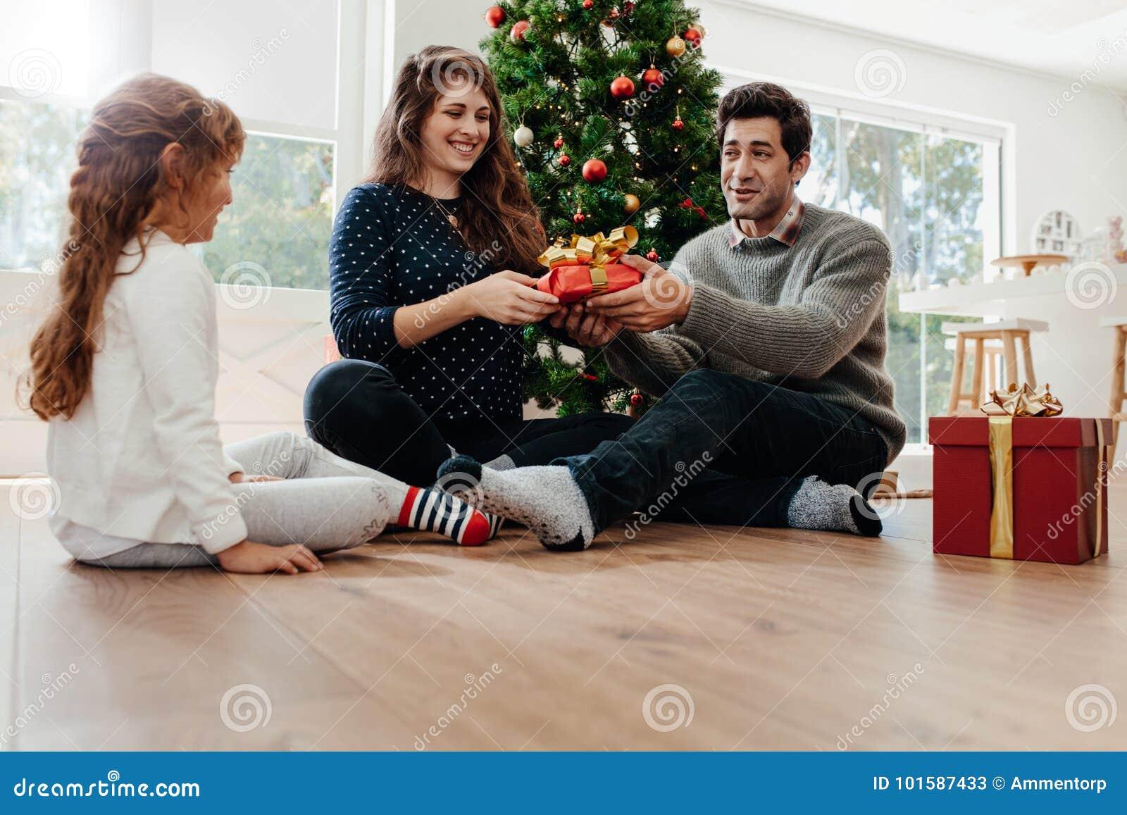 Los jóvenes juntan la celebración de la Navidad con su hija