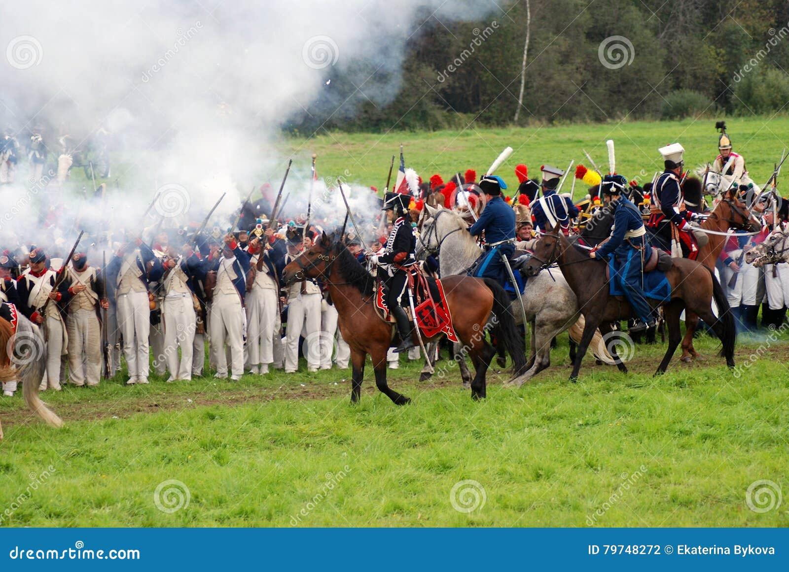 Los jinetes del caballo en Borodino luchan la reconstrucción histórica en Rusia