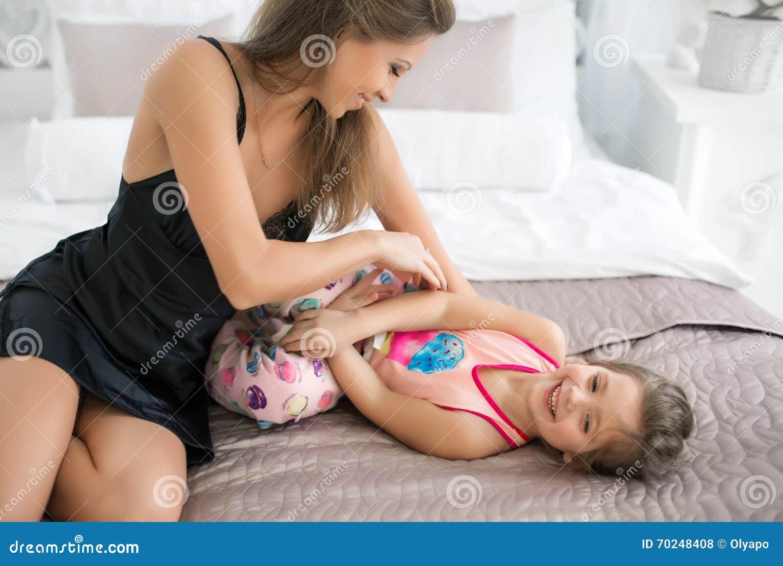 La hija los cacha