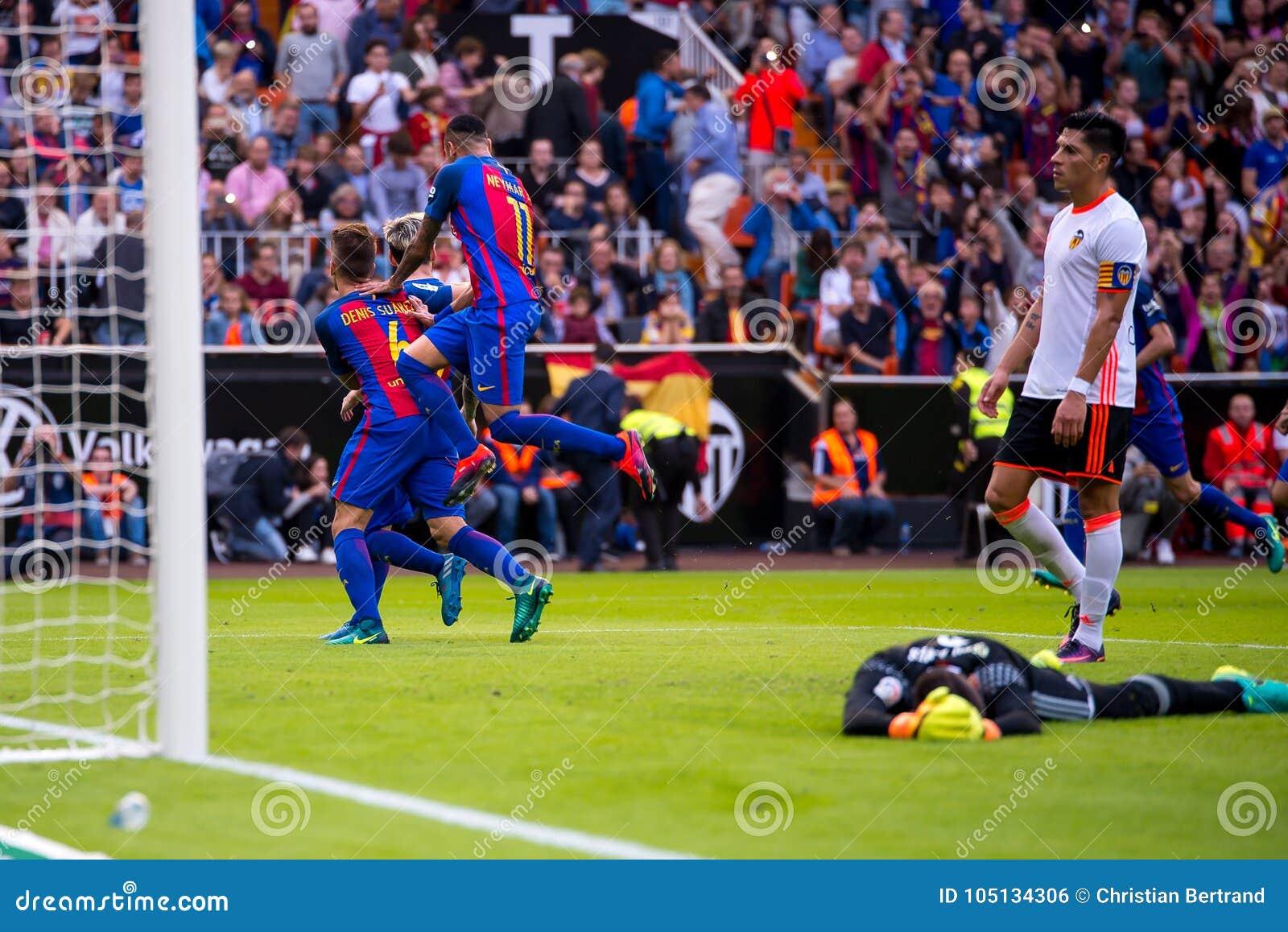 Los jugadores de Barcelona celebran una meta en el partido de Liga del La entre el Valencia CF y el FC Barcelona en Mestalla