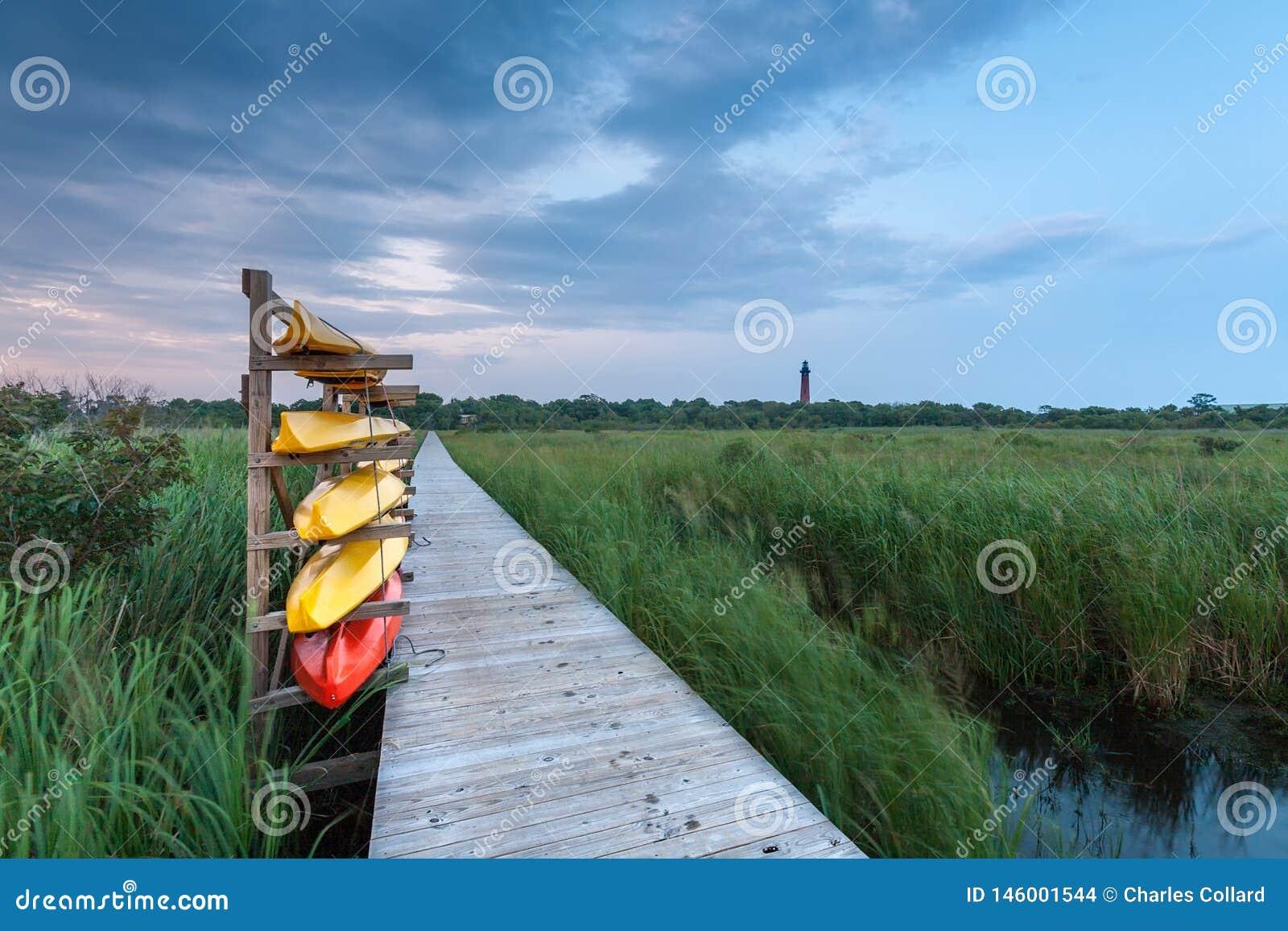 Los kajaks se colocan listos en la costa de Carolina del Norte