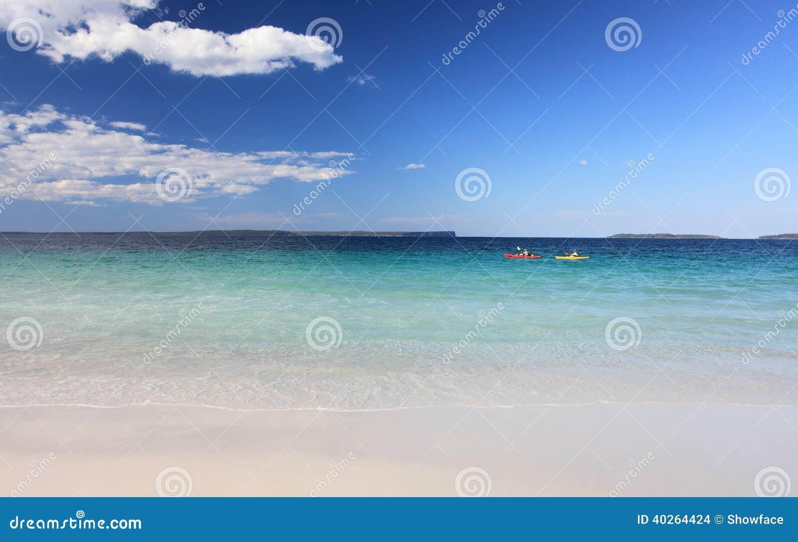 Los Kayakers gozan de la playa cristalina del australiano de las aguas